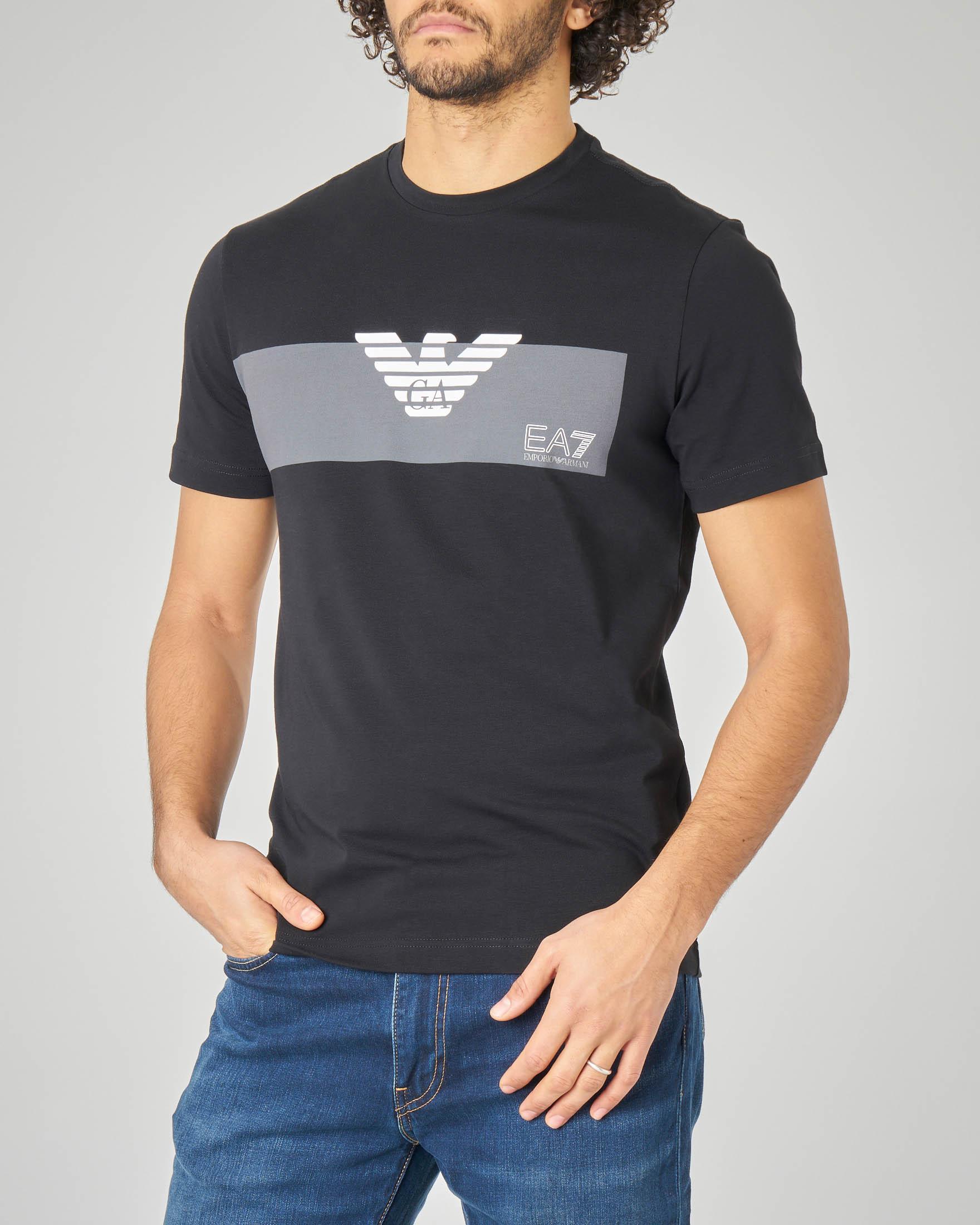 T-shirt nera con riga grigia piazzata e aquila