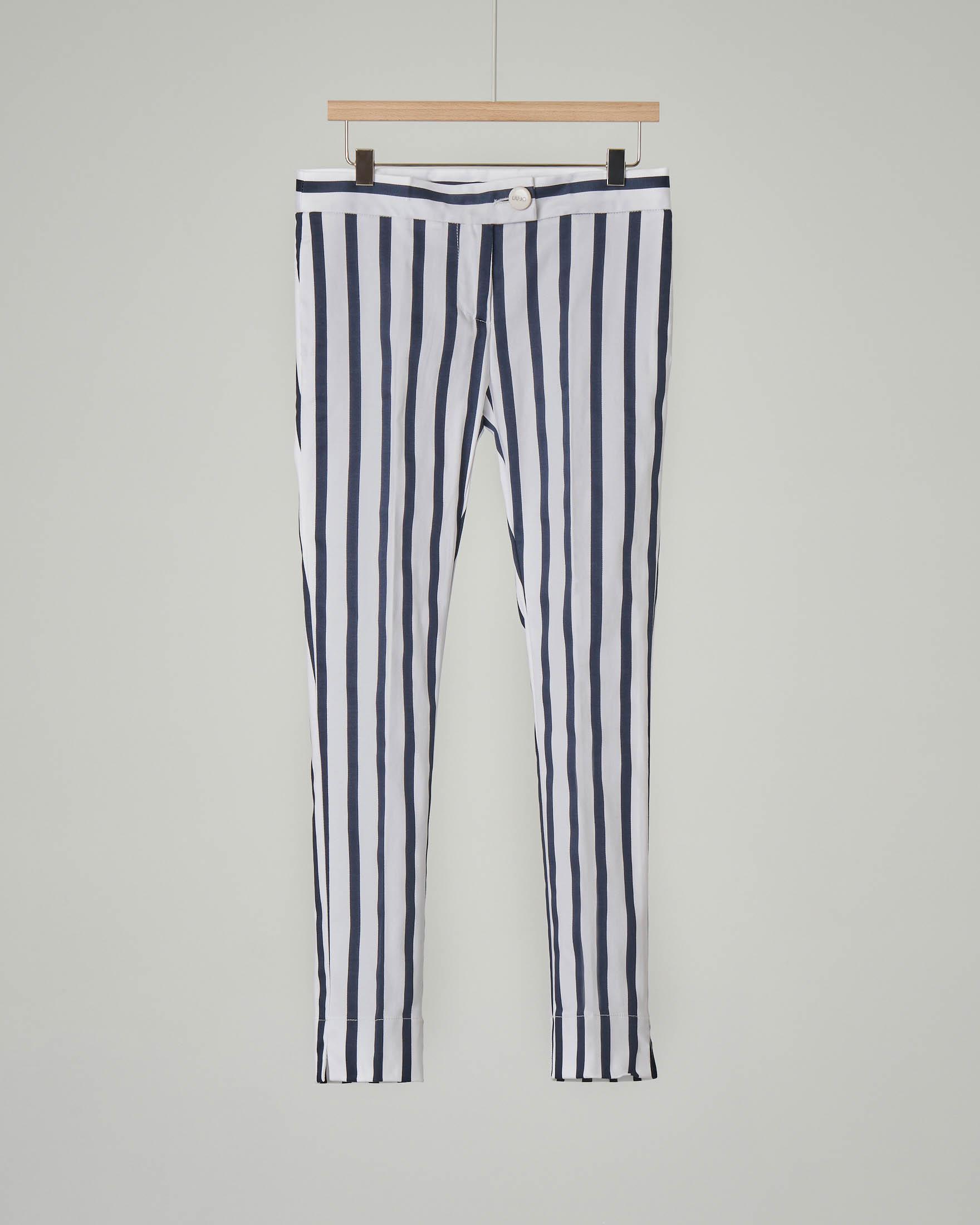Pantalone blu e bianco a righe in raso stretch
