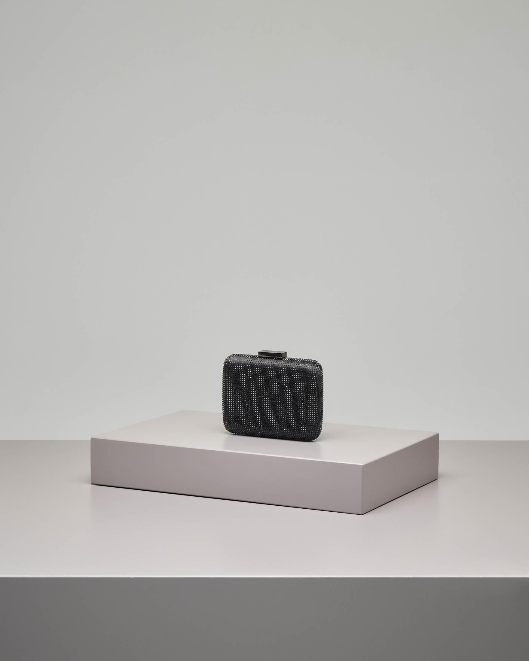 Pochette rigida quadrata nera in raso con microborchie applicate tono su tono
