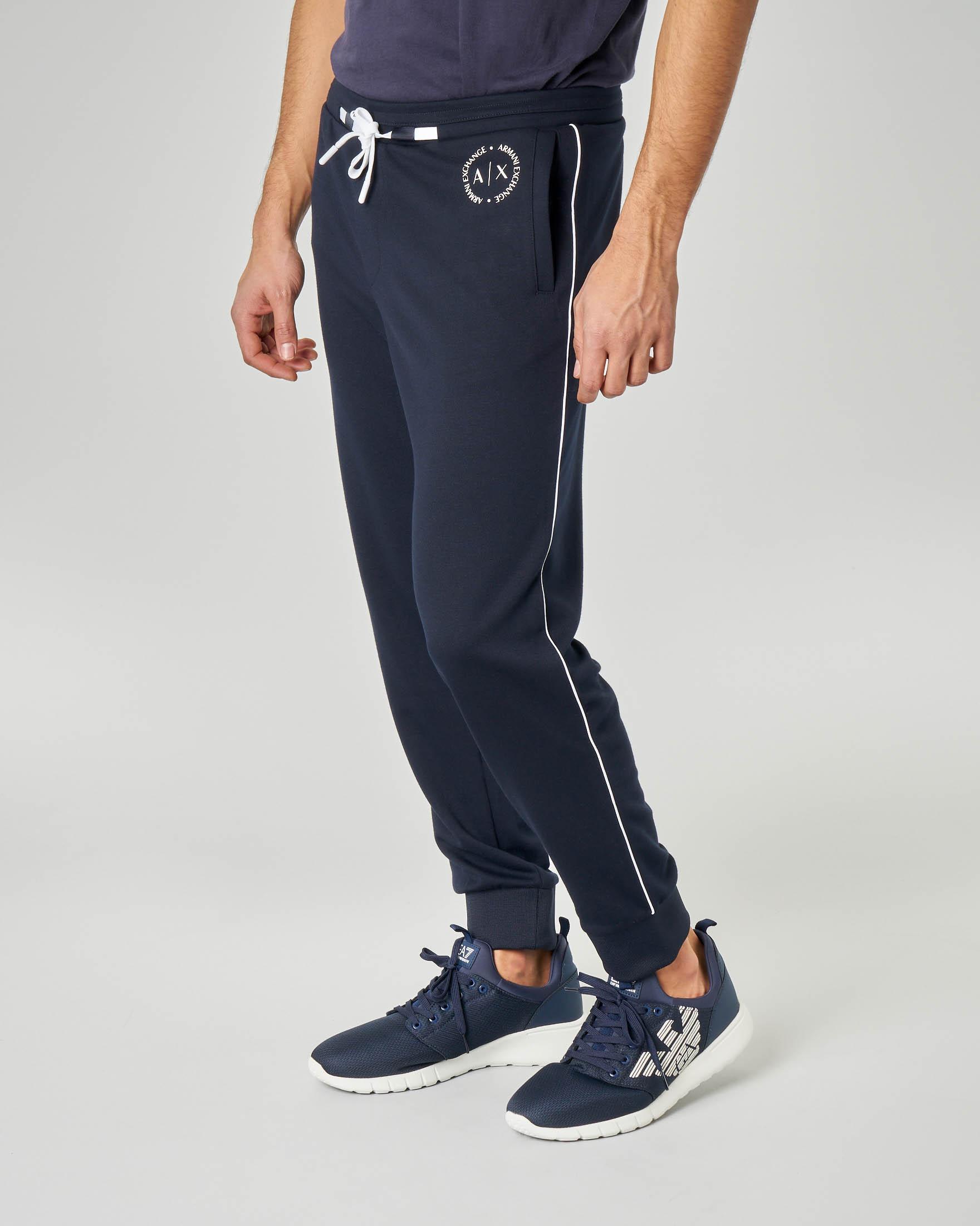 Pantalone blu in felpa con profilo bianco e logo