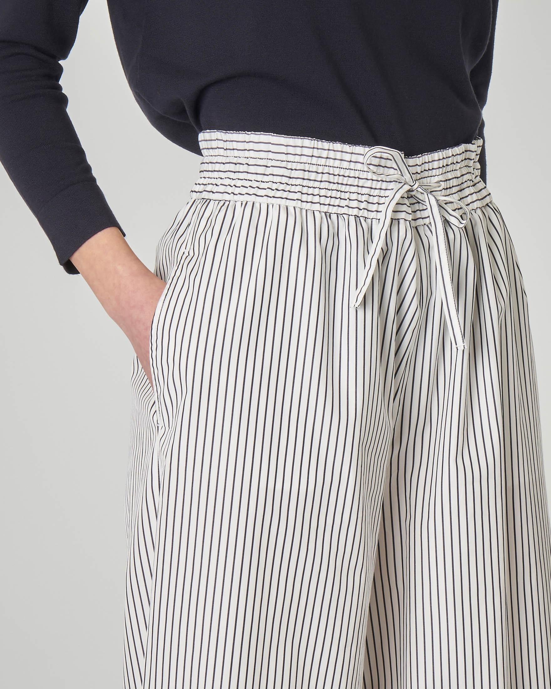 Pantaloni culotte in cotone a righe bianche e blu