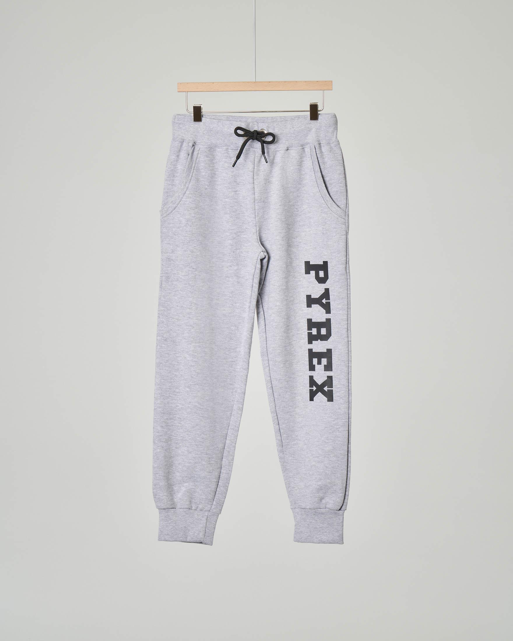Pantalone grigio in felpa con logo sulla gamba