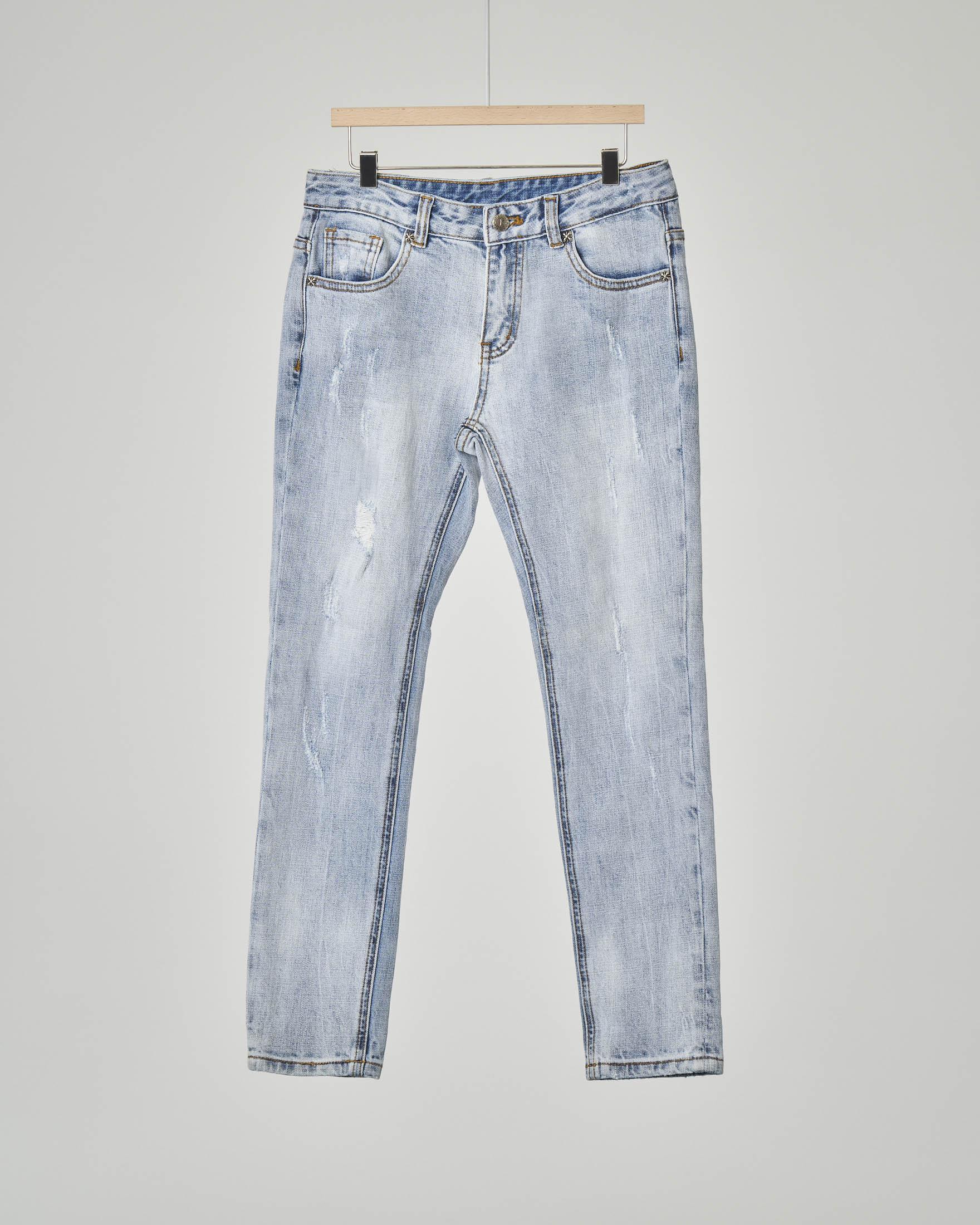 Jeans bleach con micro-abrasioni e scritta sul retro