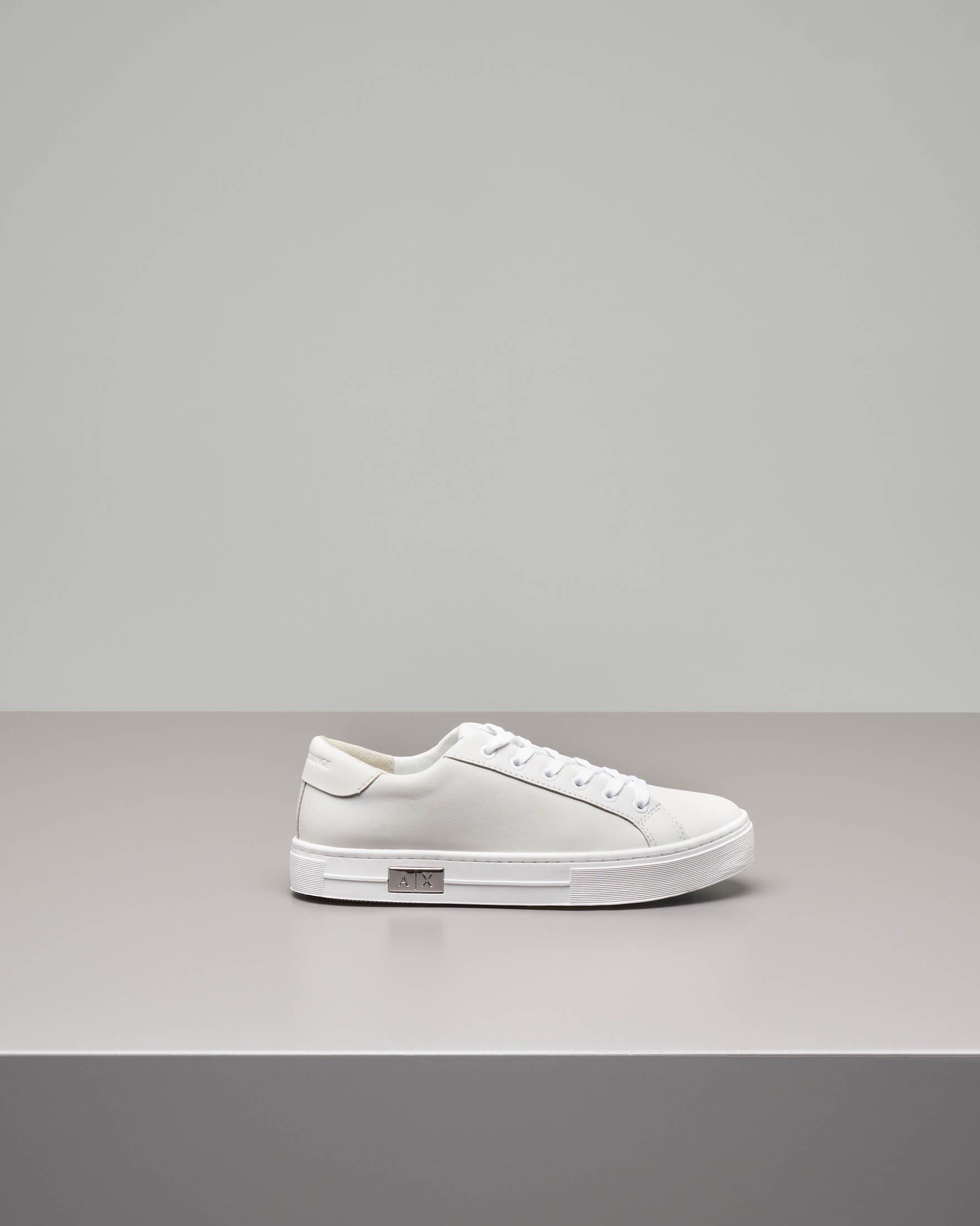 Sneaker bianca in pelle con logo in metallo