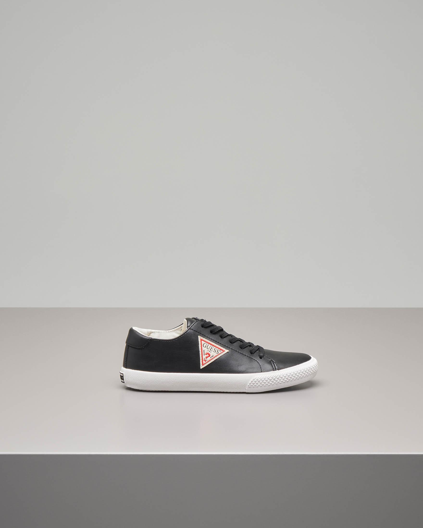 Sneaker nera con logo