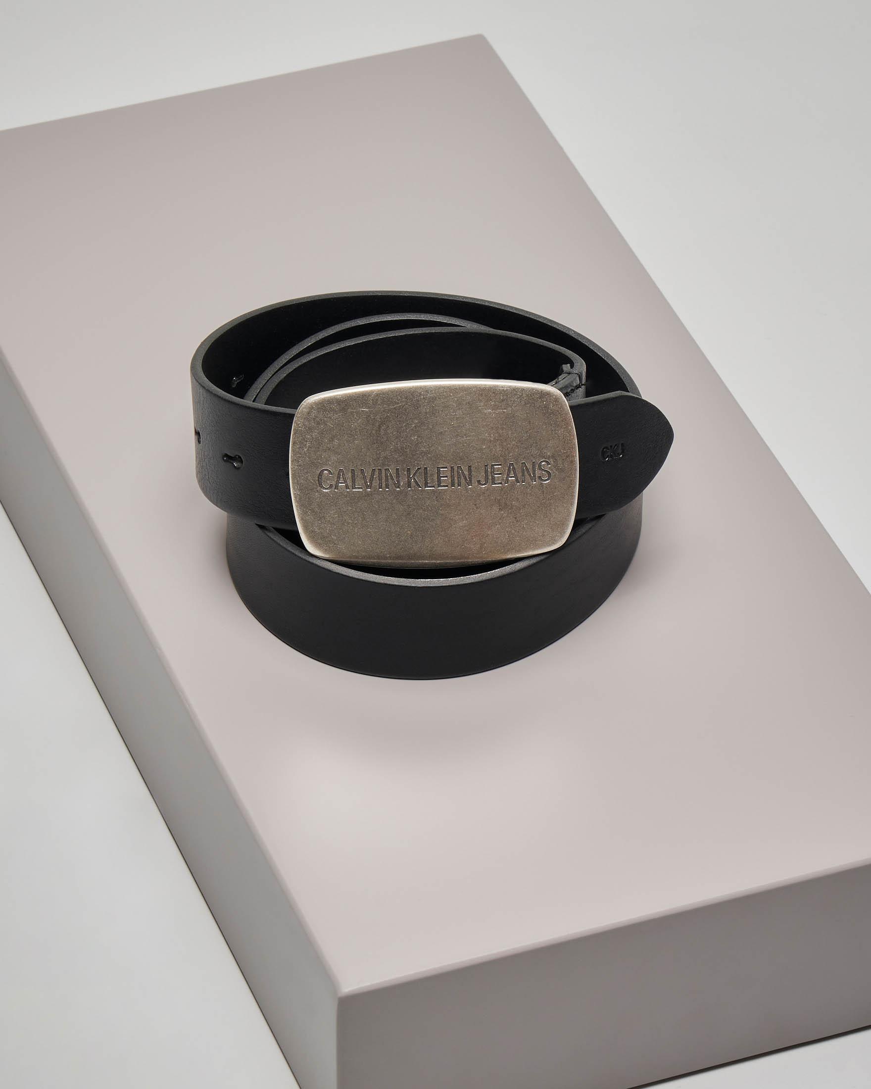 Cintura nera in pelle con placca in metallo logata
