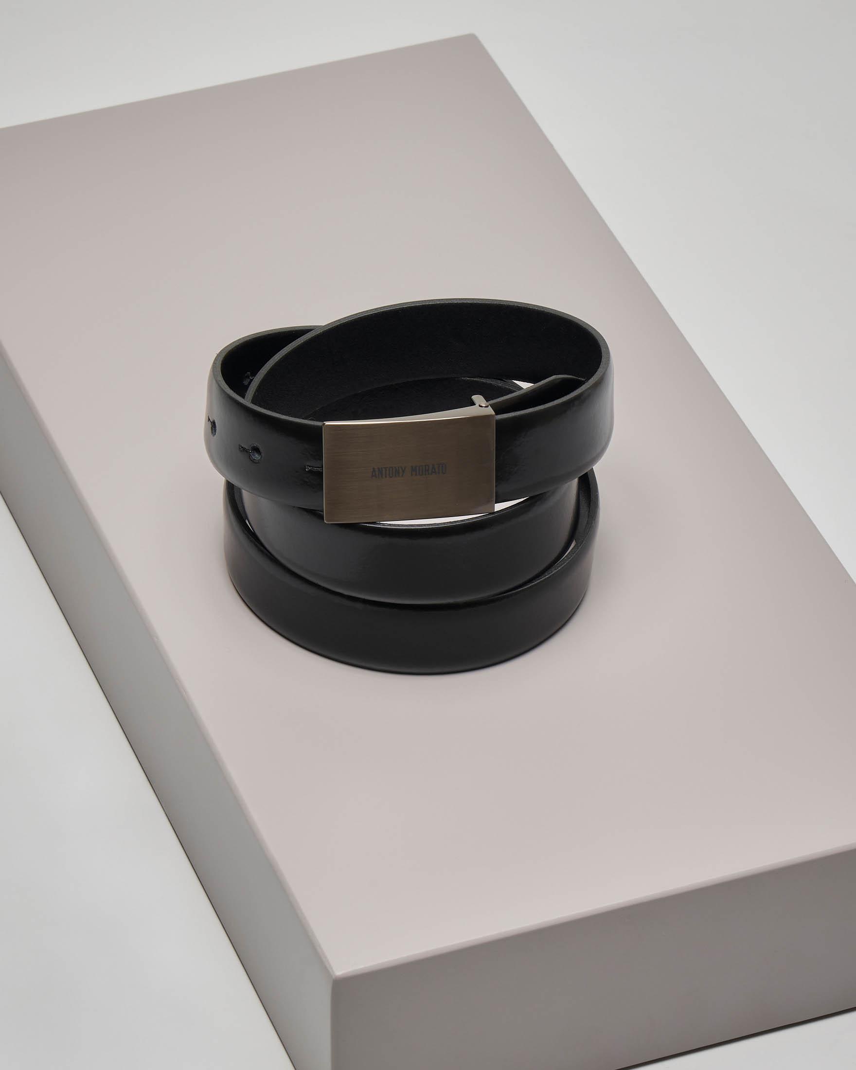 Cintura nera in pelle con placca logata