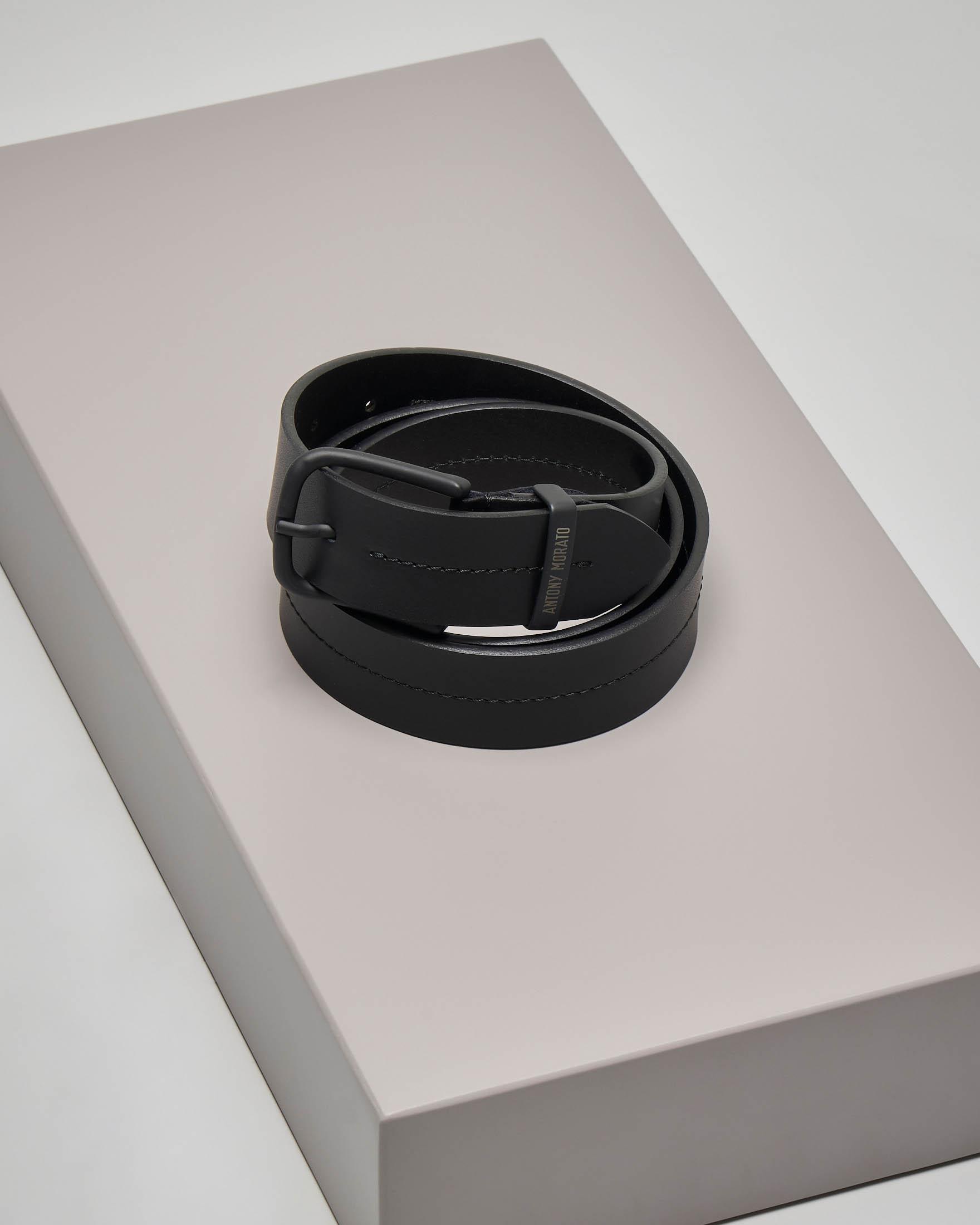 Cintura nera in pelle con cucitura centrale