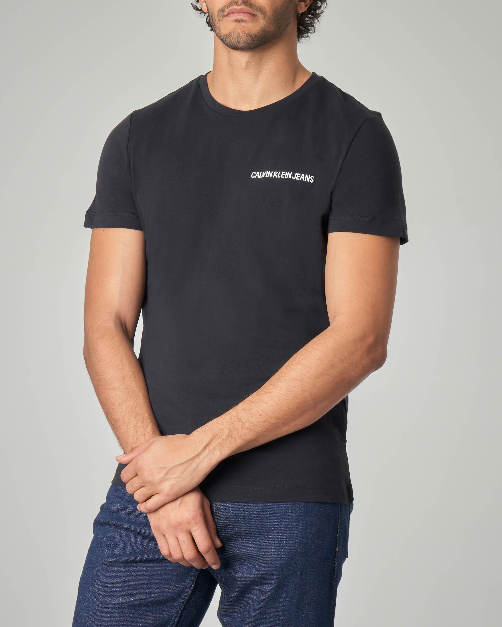 T-shirt nera con logo piccolo