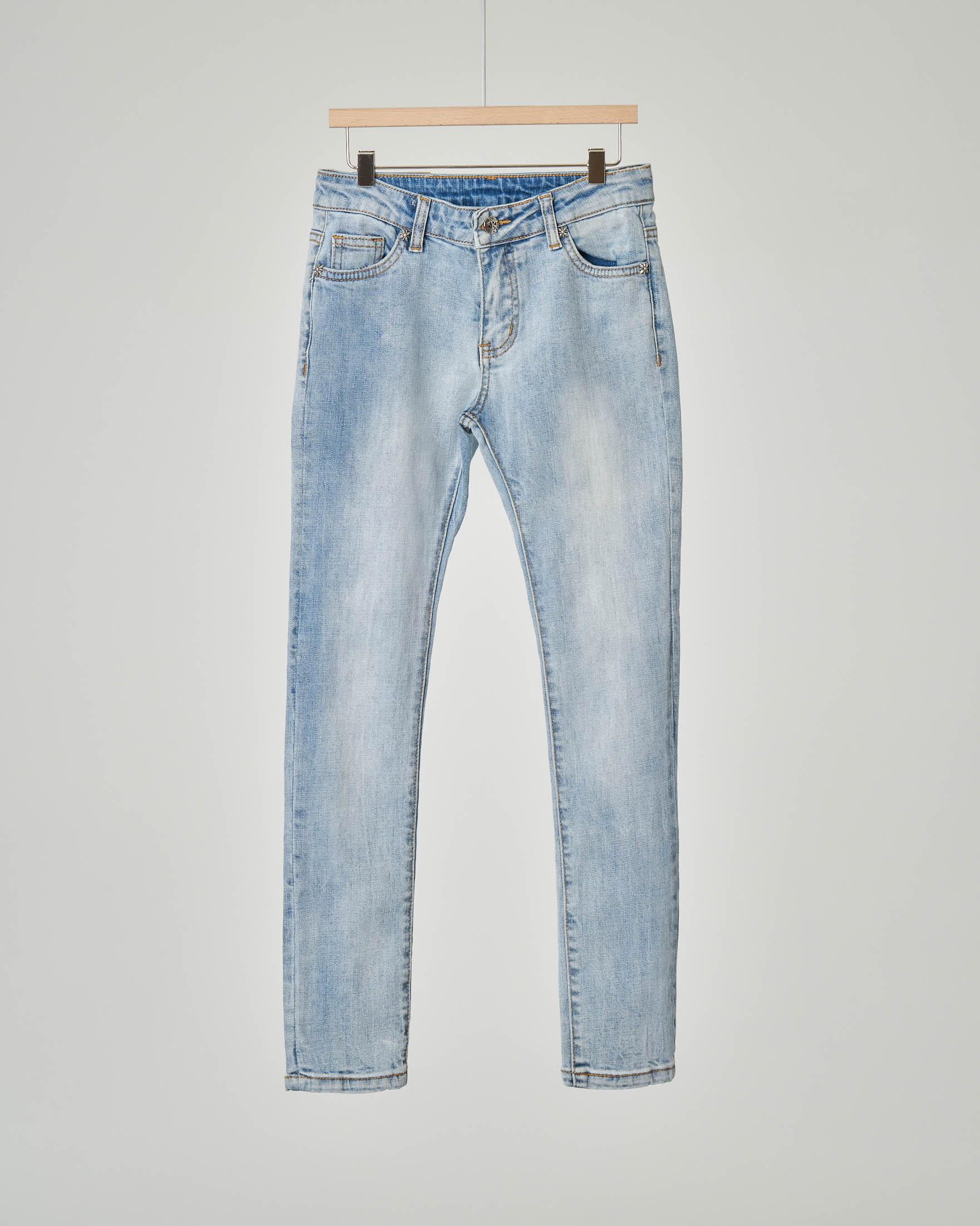 Jeans bleach con scritta sul retro