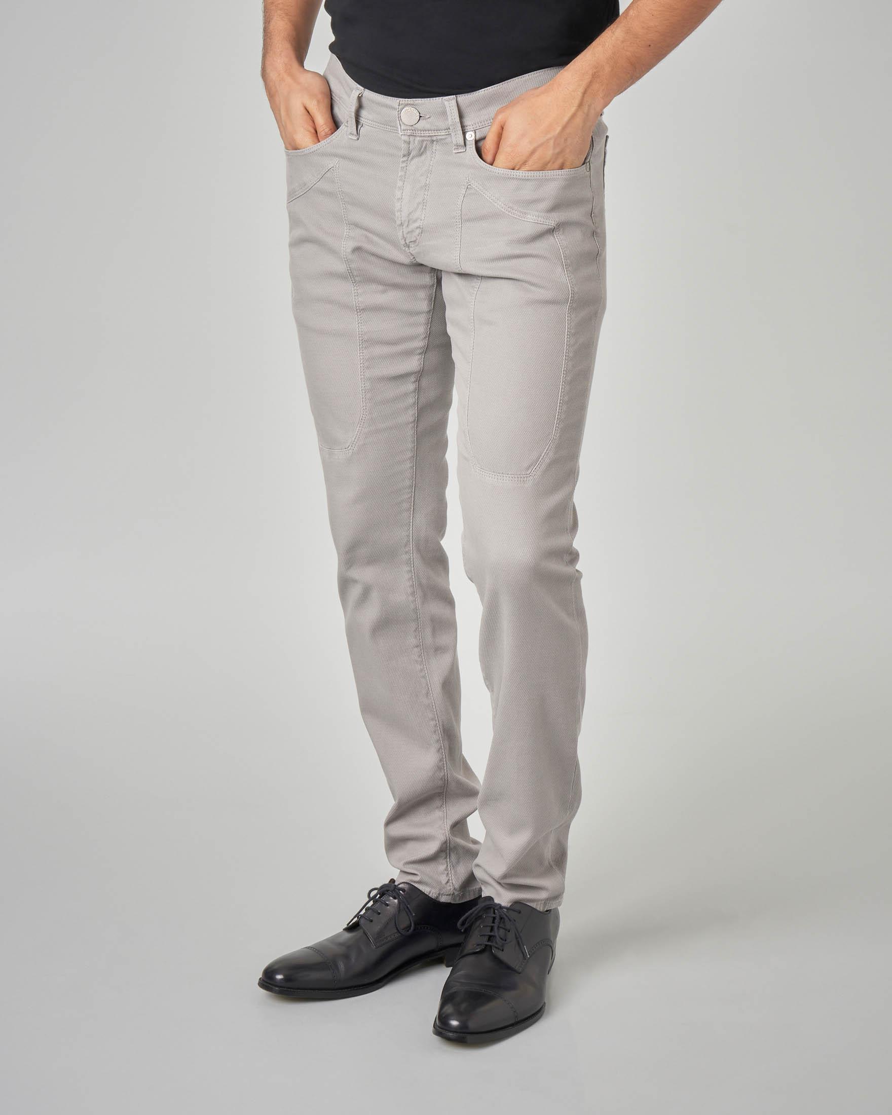 Pantalone grigio cinque tasche con toppa