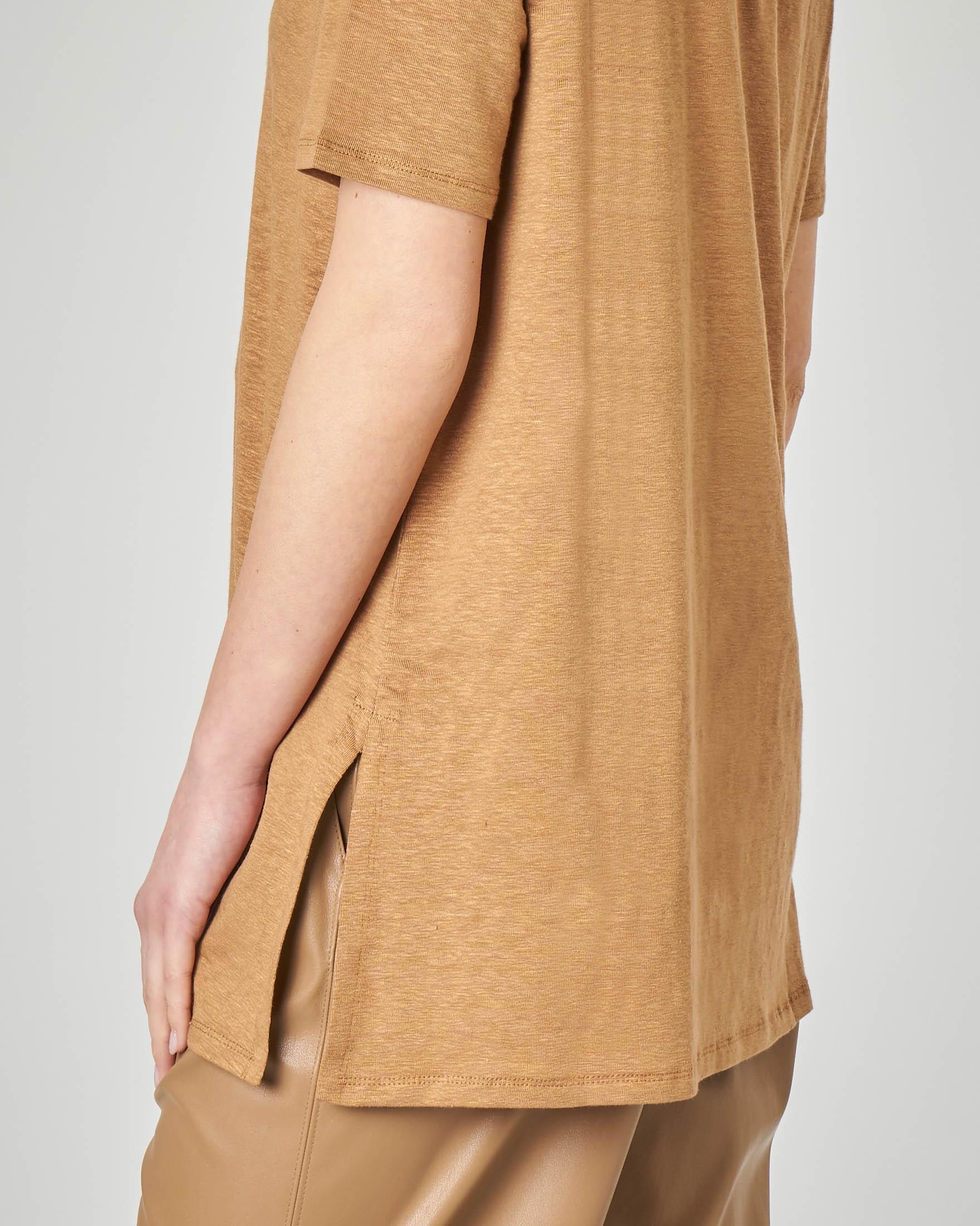 T-shirt color cammello in lino a maniche corte