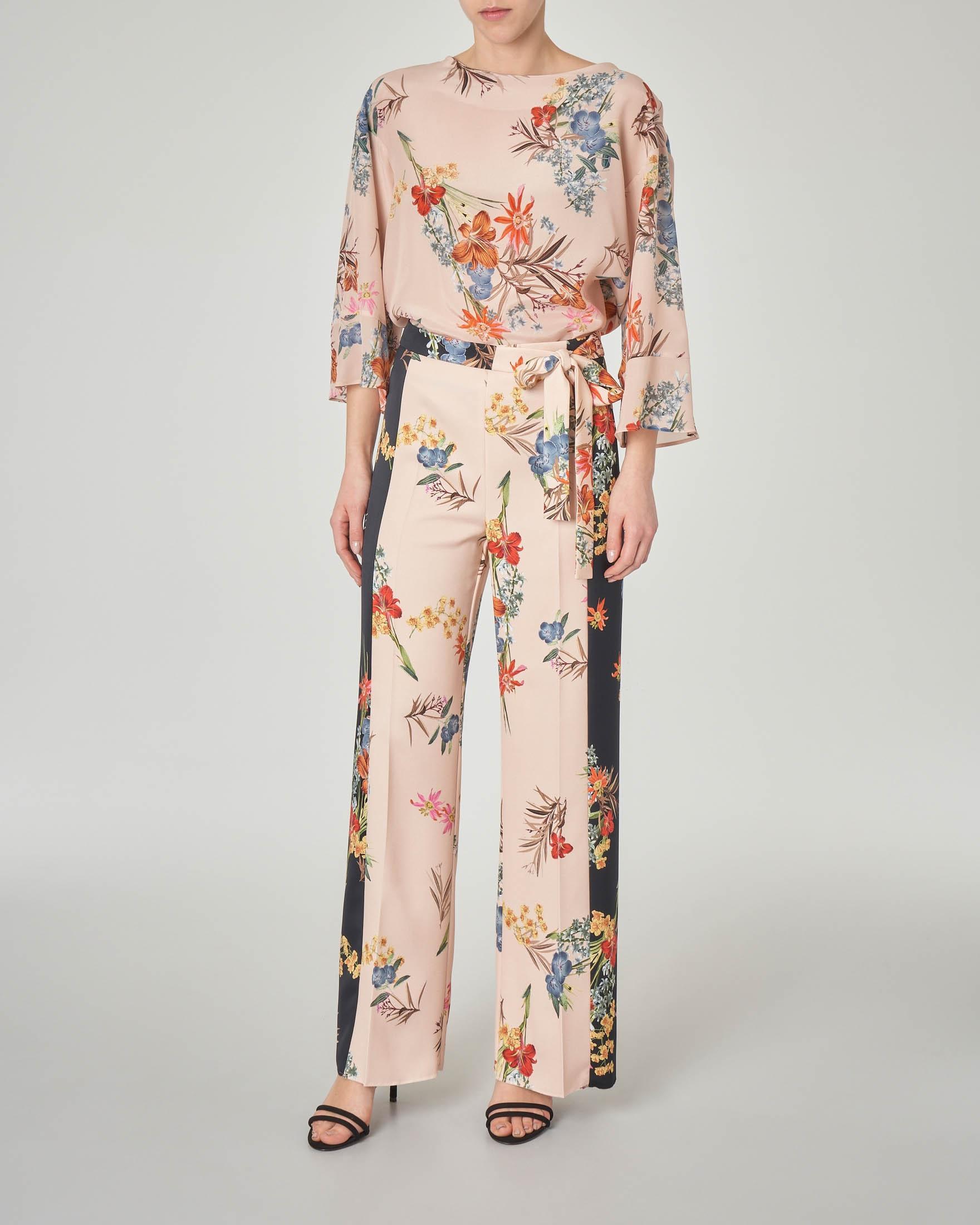 Blusa in seta color cipria a fantasia floreale con scollo a barchetta