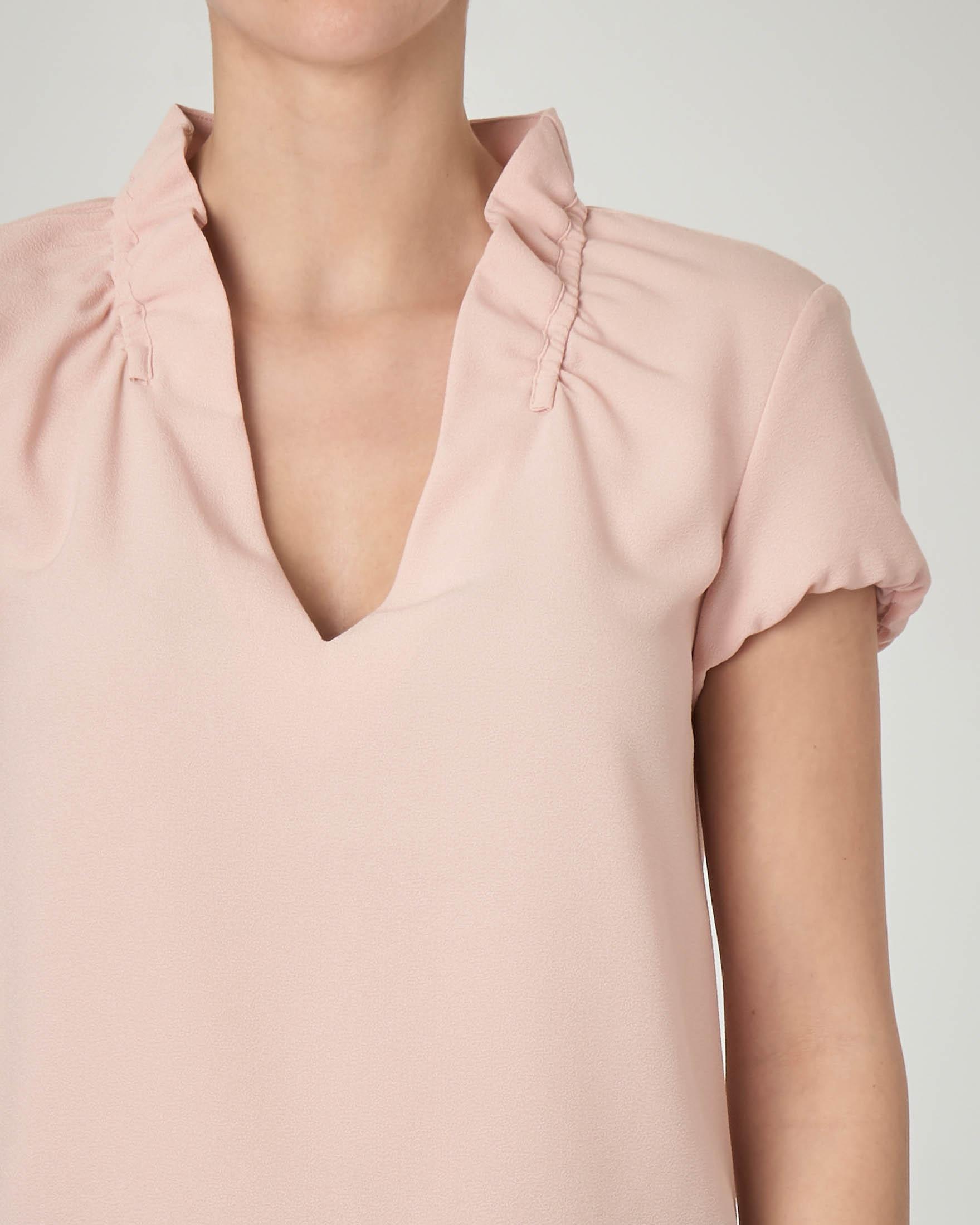 Blusa in crêpe color cipria con scollo a V e colletto arricciato