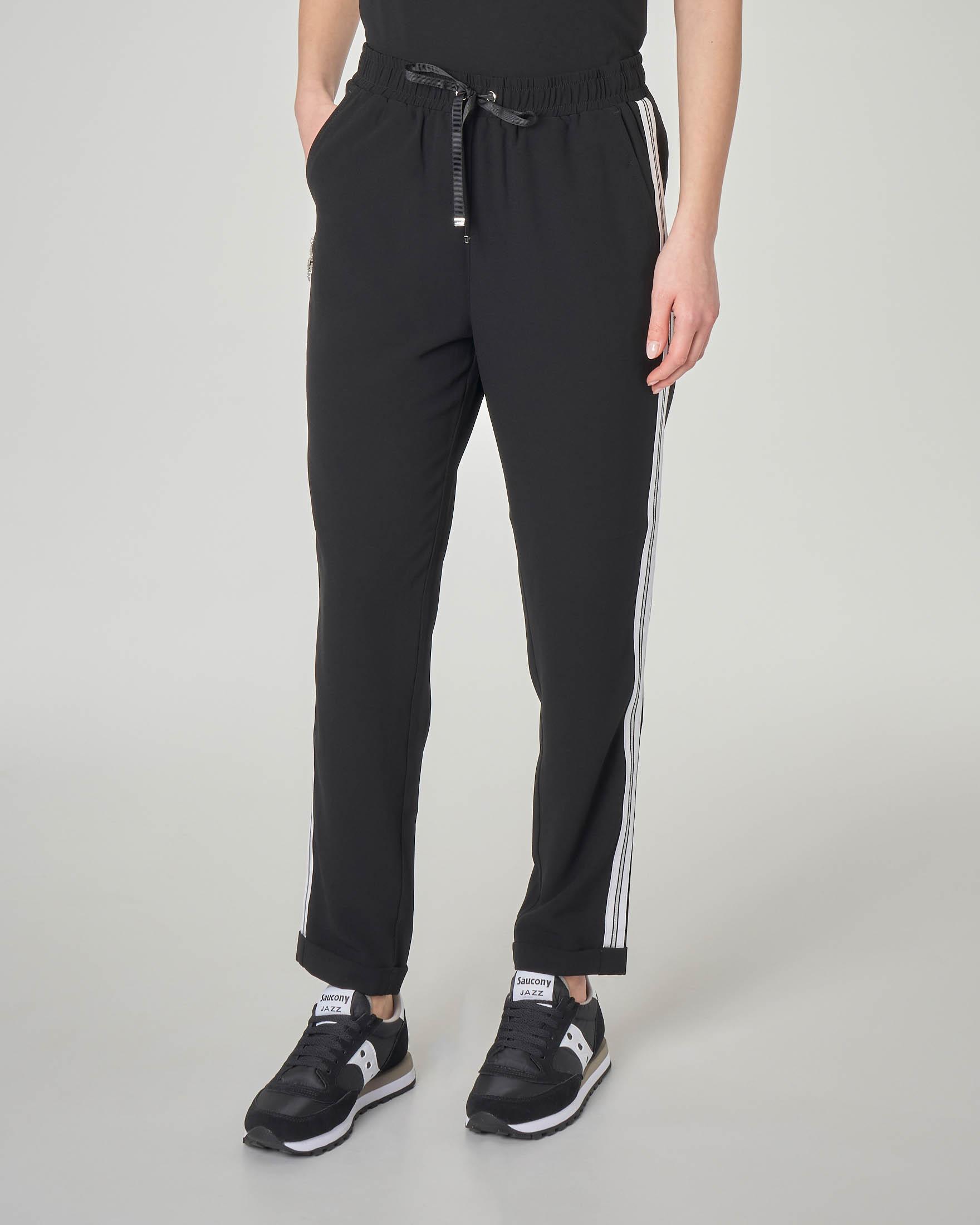 Pantaloni in felpa neri con fasce laterali a contrasto con applicazioni di strass