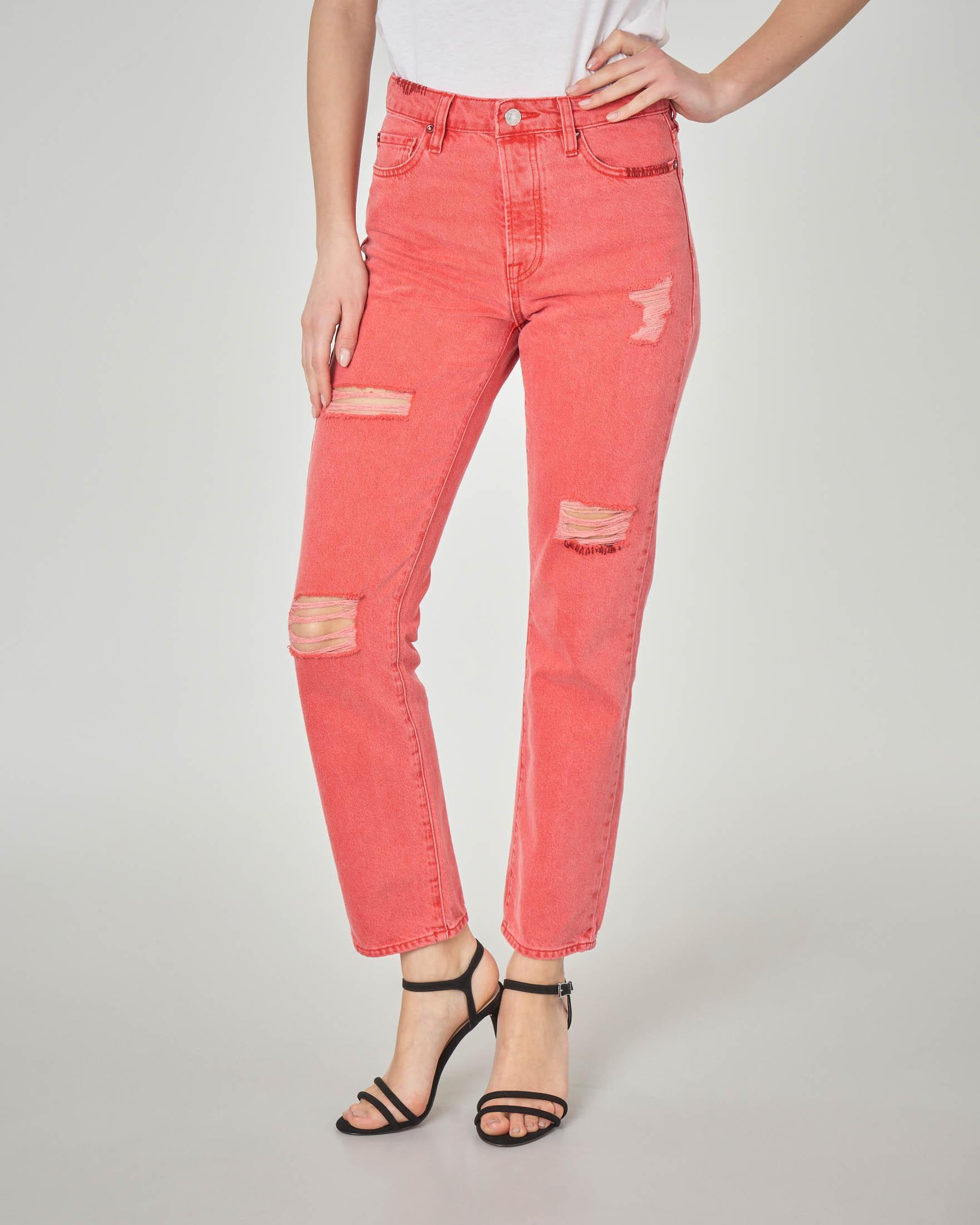 Jeans rosso con abrasioni sulle gambe