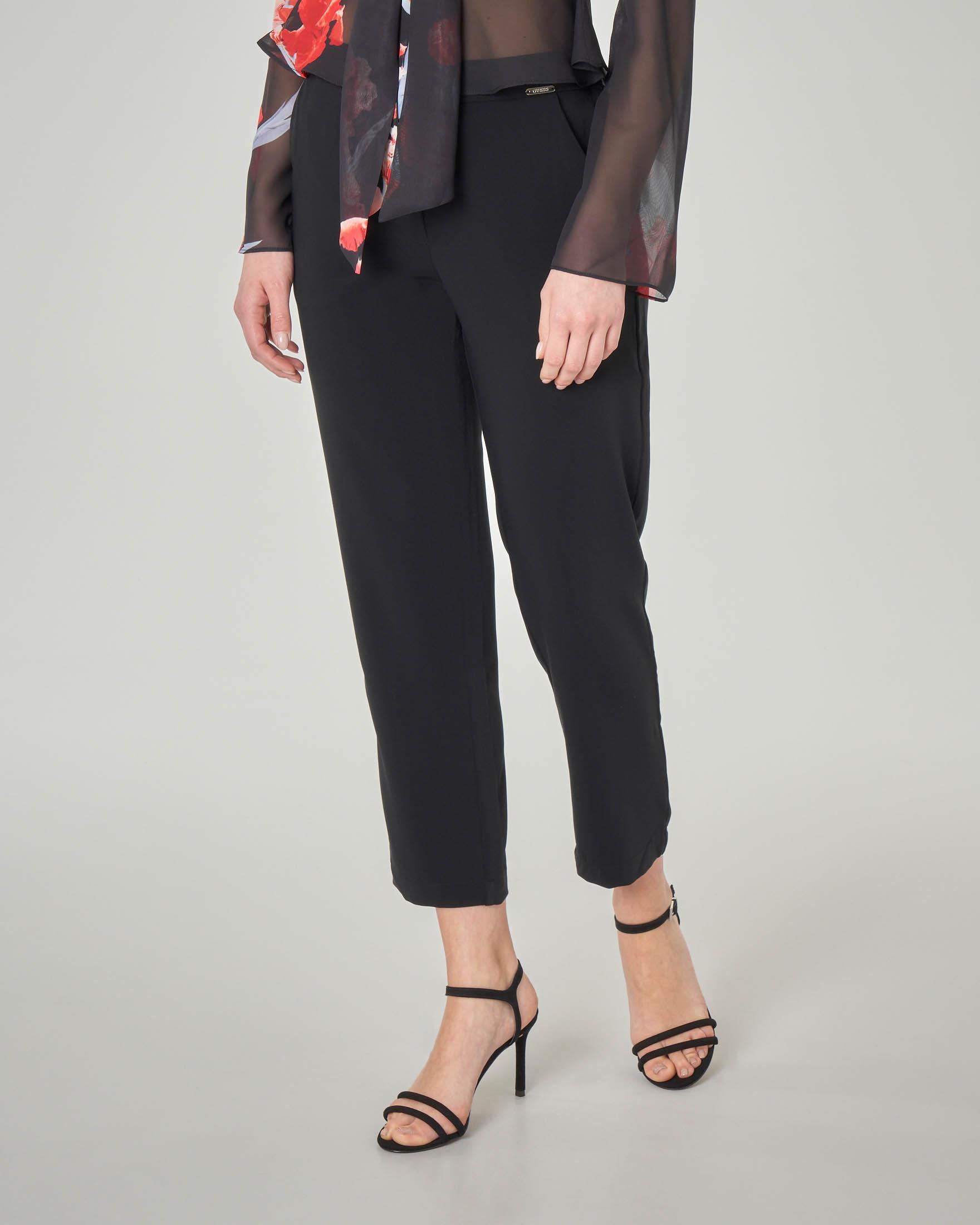 Pantaloni neri alla caviglia leggermente elasticizzati