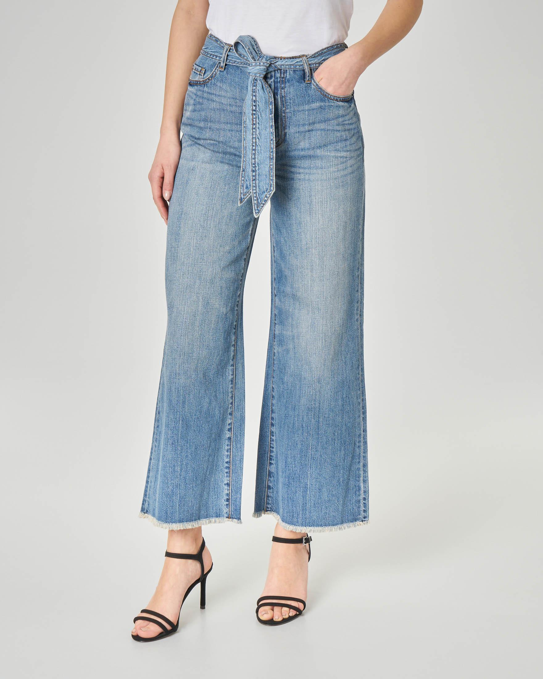 Jeans flare blu chiaro con orli sfrangiati e cintura in vita