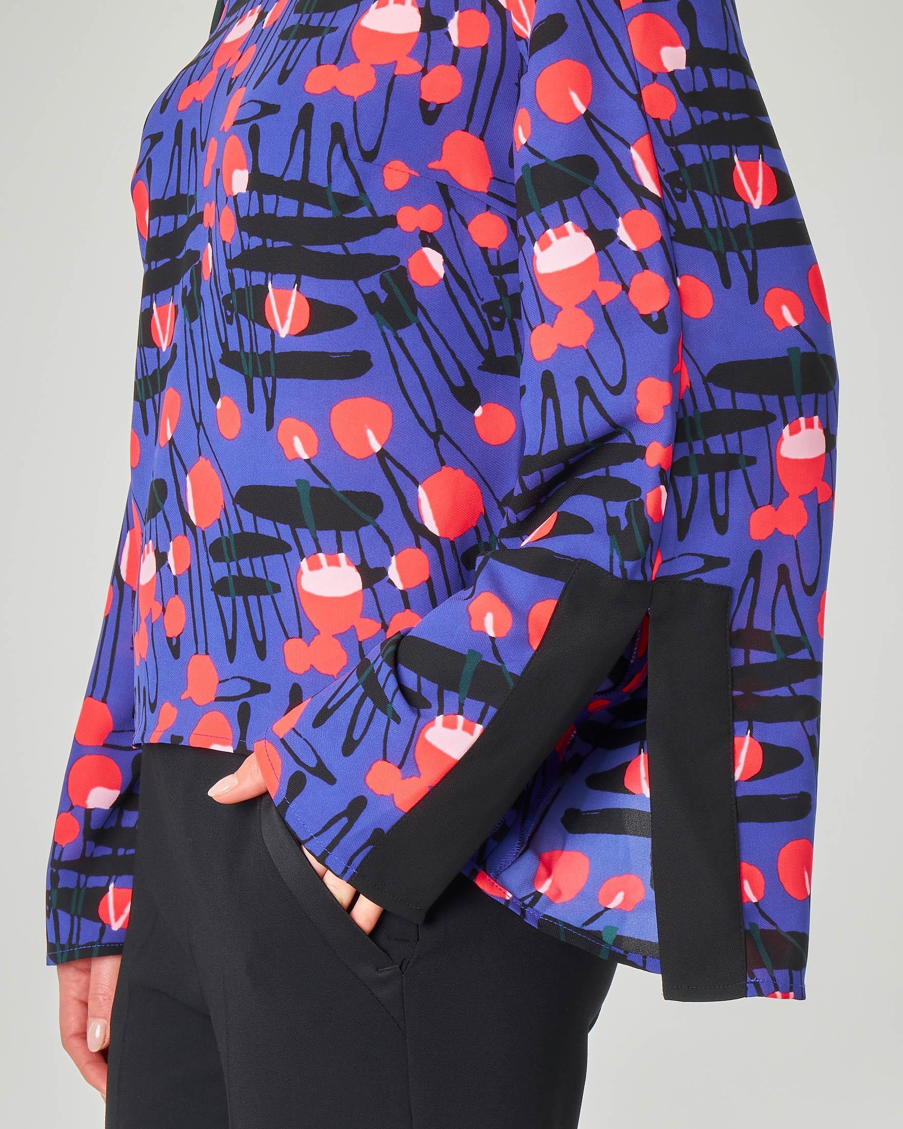 Blusa blu cina con disegni optical con spacchi sulle maniche lunghe