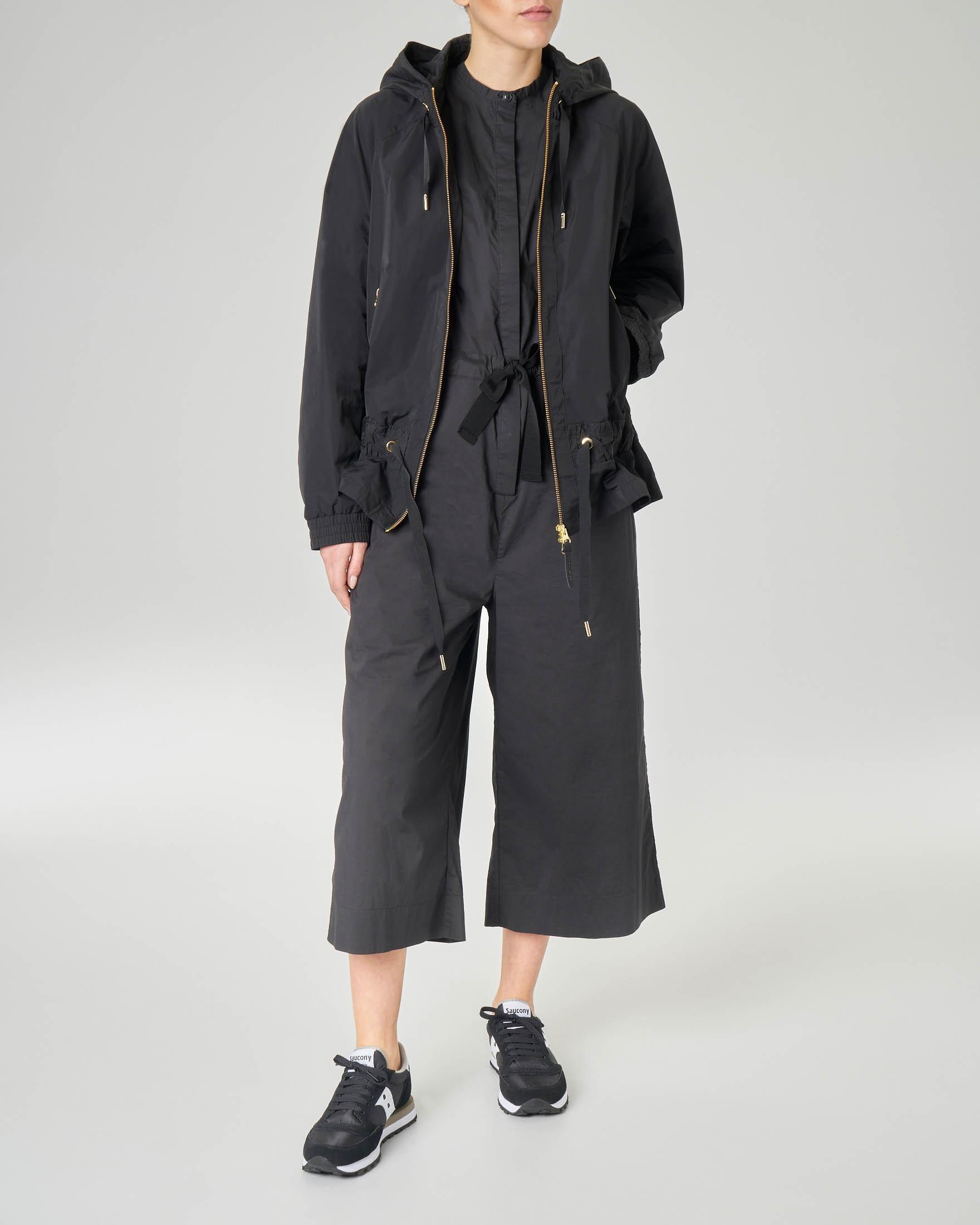 Giubbino corto nero impermeabile con cappuccio fisso
