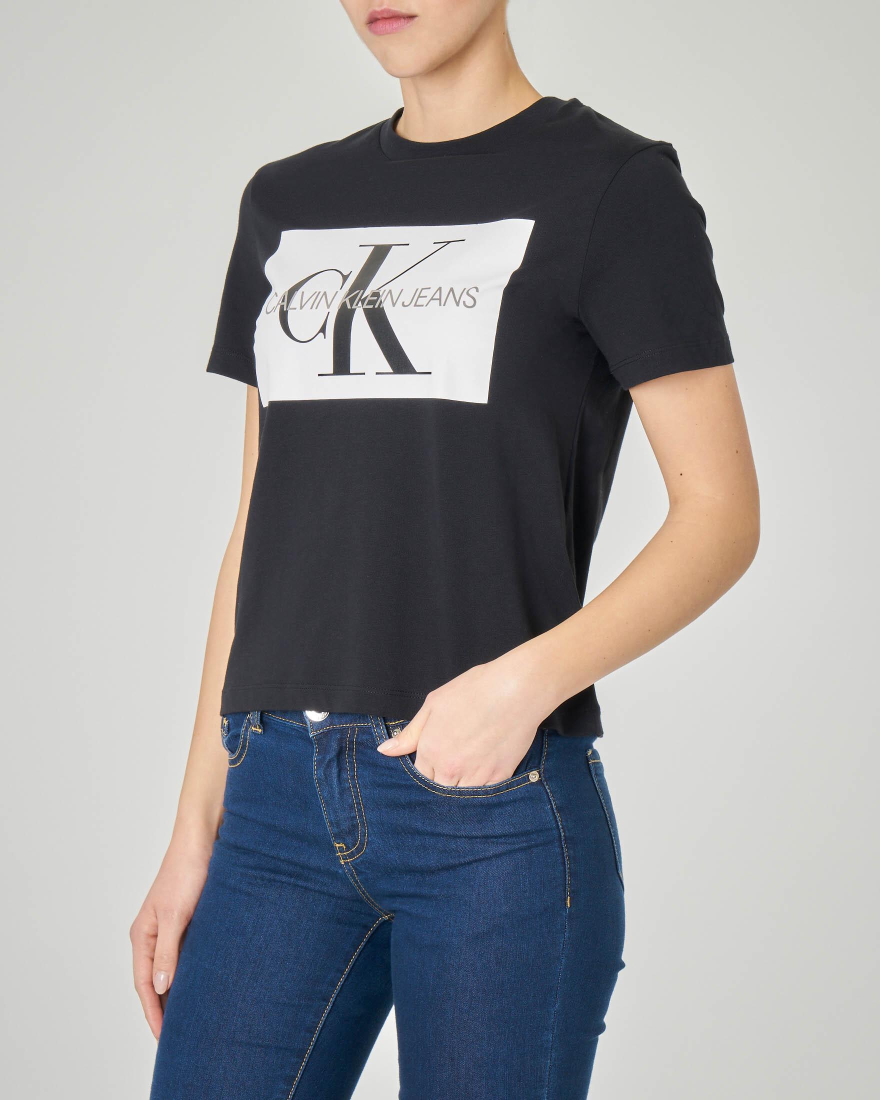 T-shirt nera maniche corte con logo a contrasto