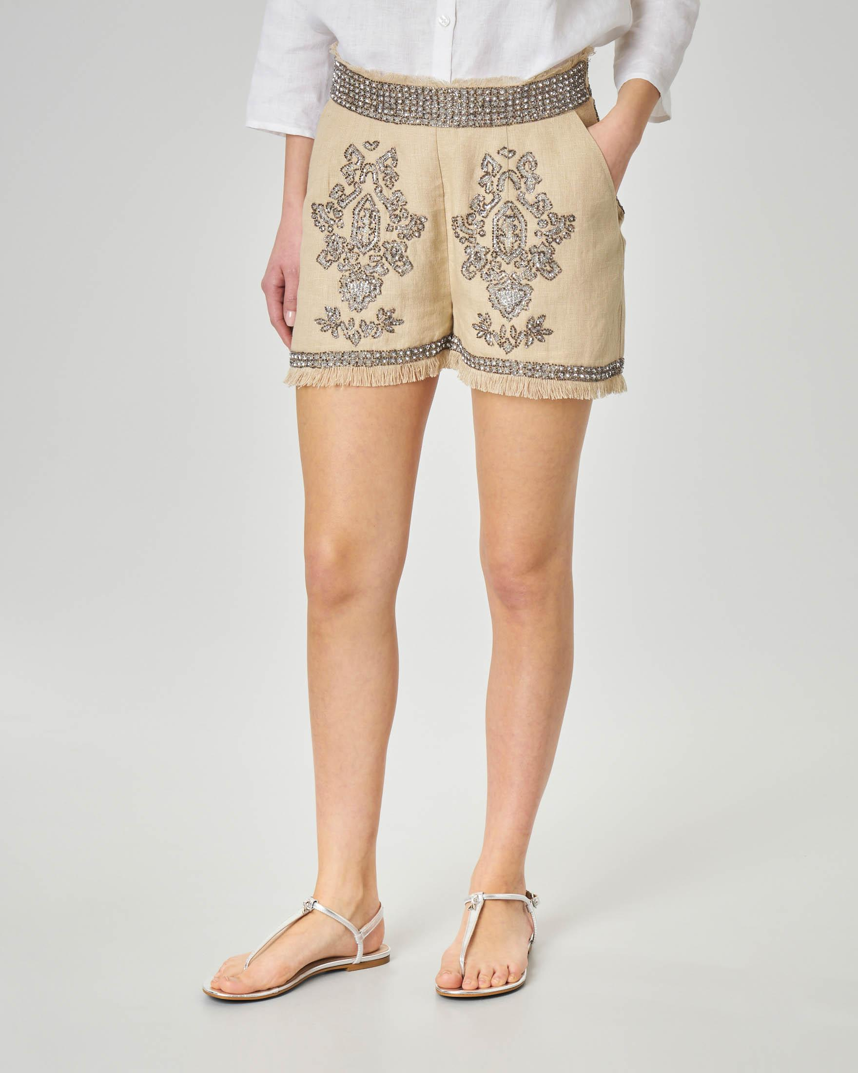 Short in lino color beige con ricami in paillettes e perline
