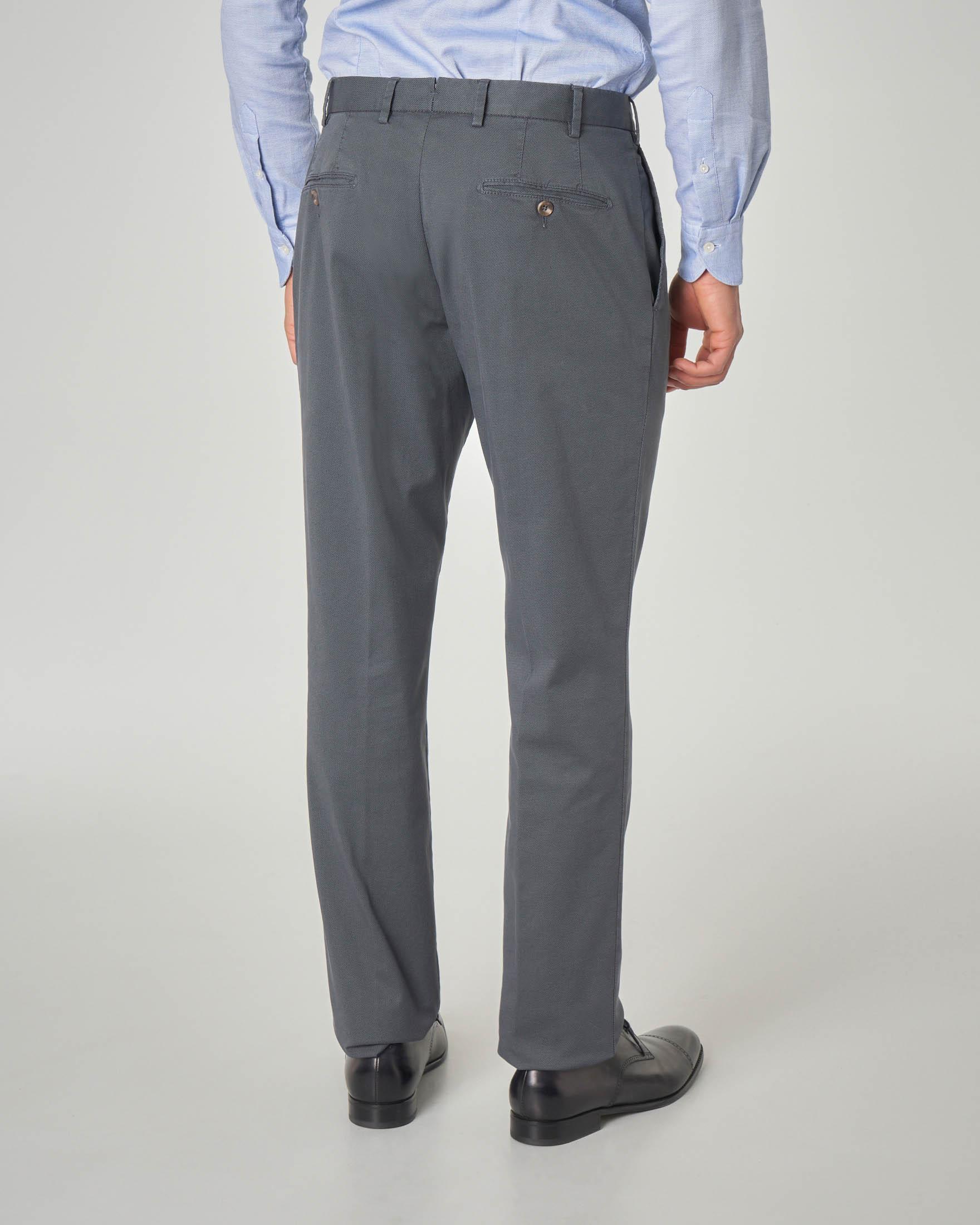 Pantalone grigio scuro con una pinces