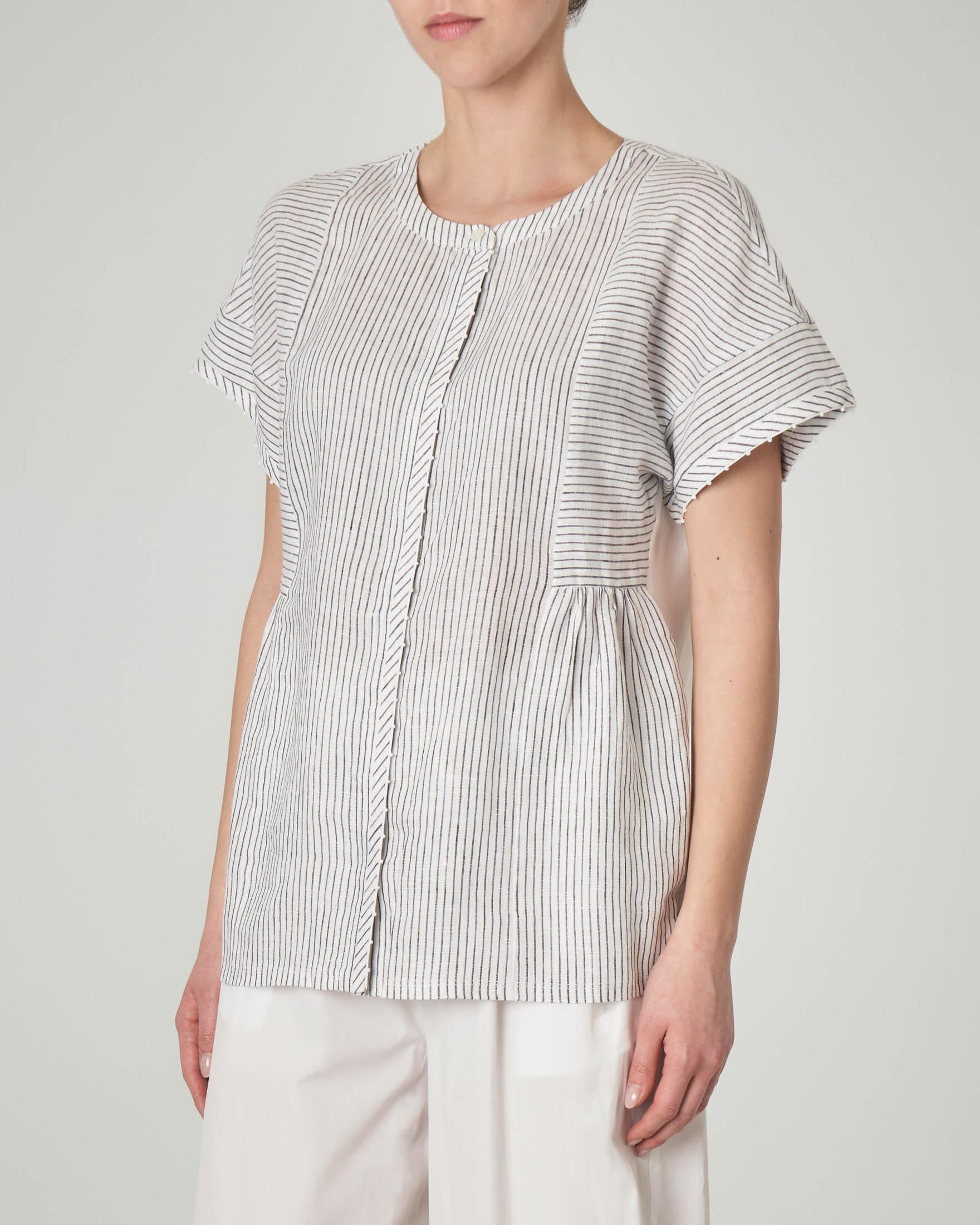 Camicia in lino con maniche corte e fantasia a righe sul davanti.