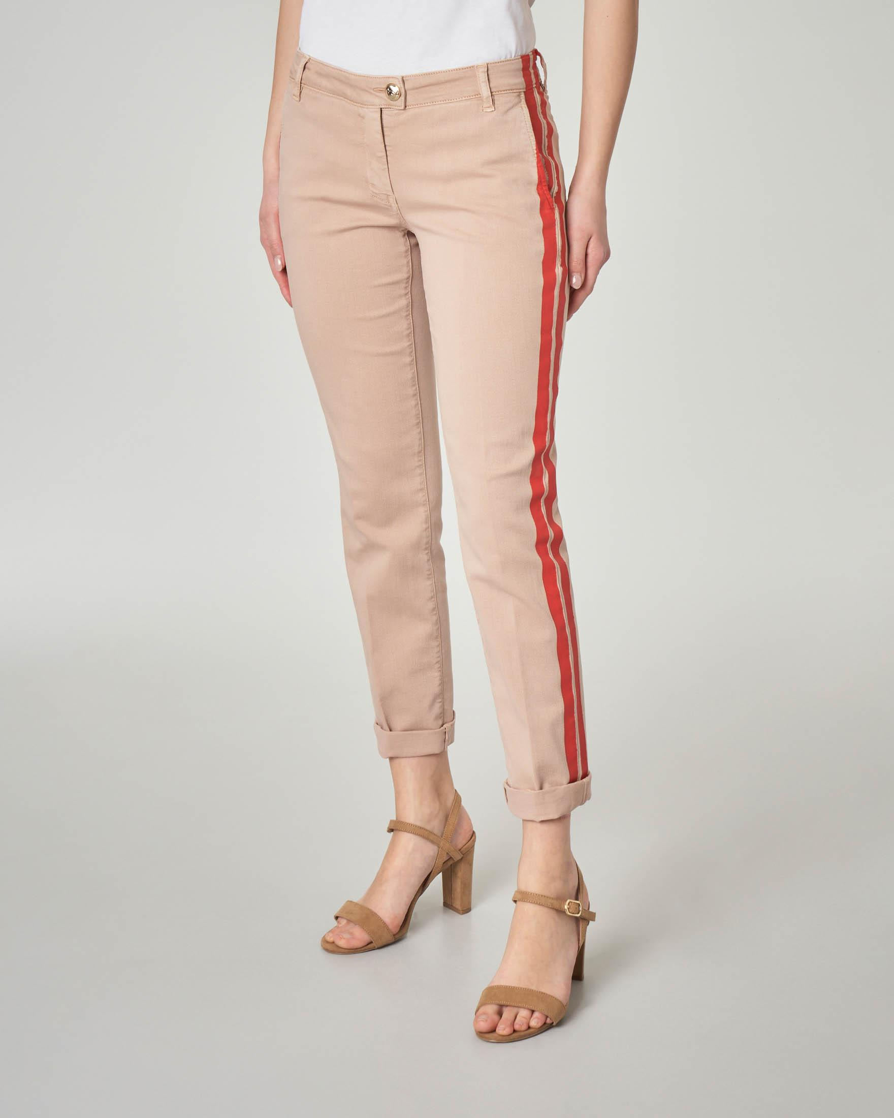 Chino in cotone stretch color beige con banda laterale rossa