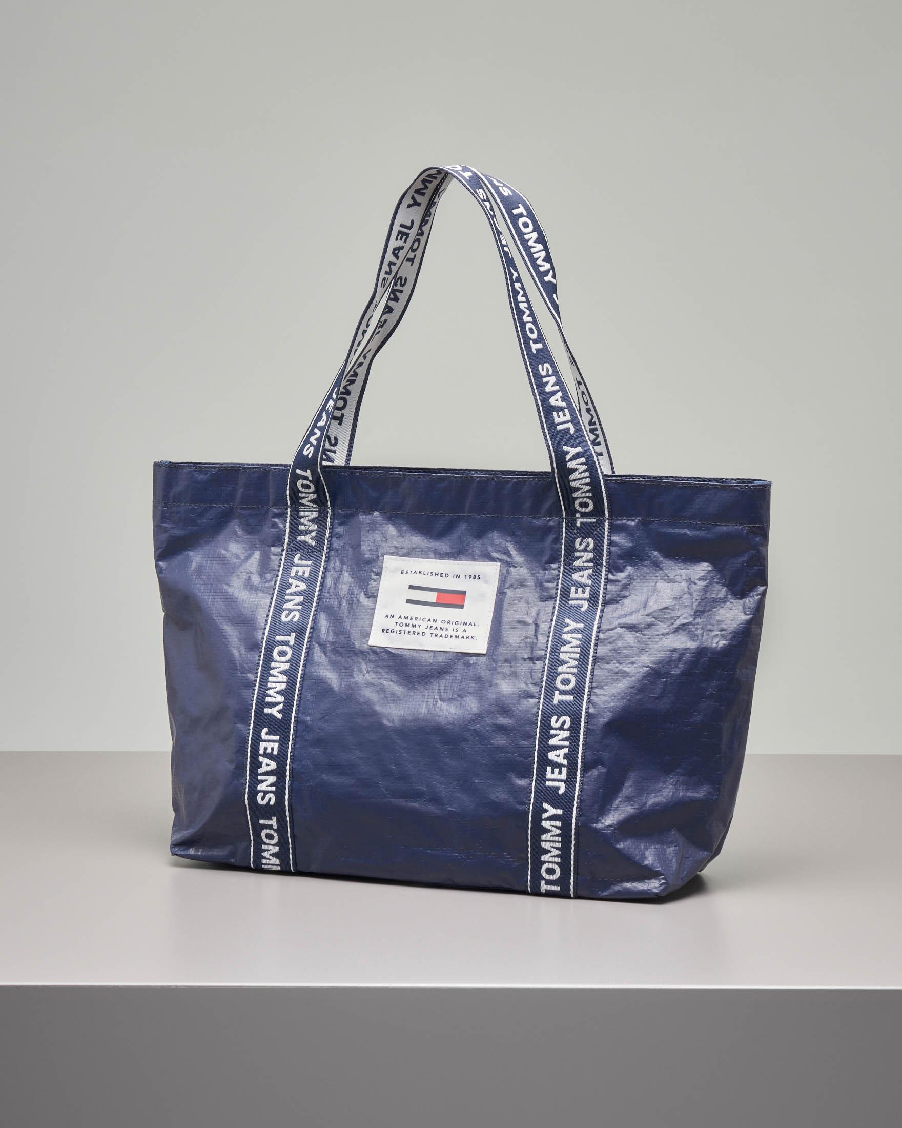 Shopping bag in nylon blu effetto stropicciato con manici in tessuto con logo