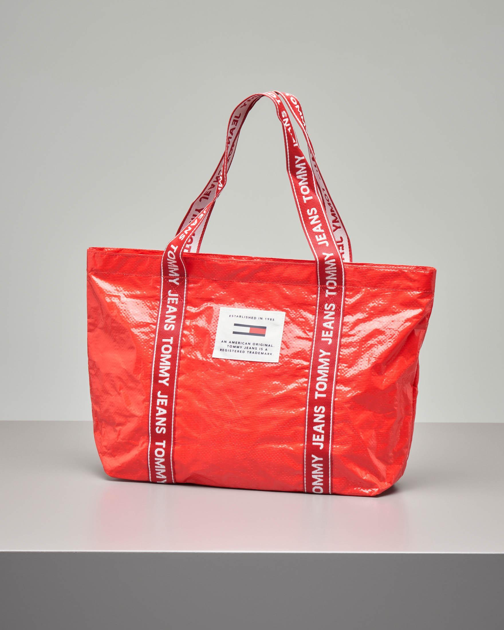 Shopping bag in nylon rosso effetto stropicciato con manici in tessuto con logo