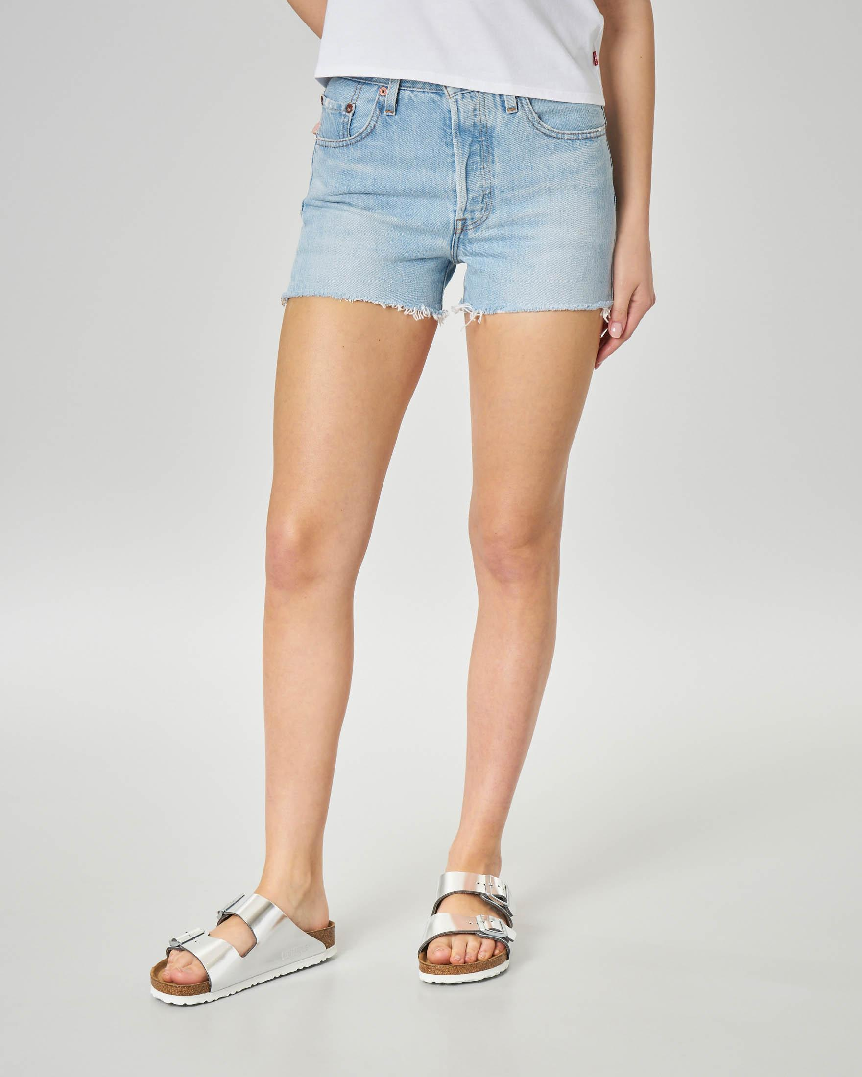 Shorts in denim blu dèlavè con orlo sfrangiato