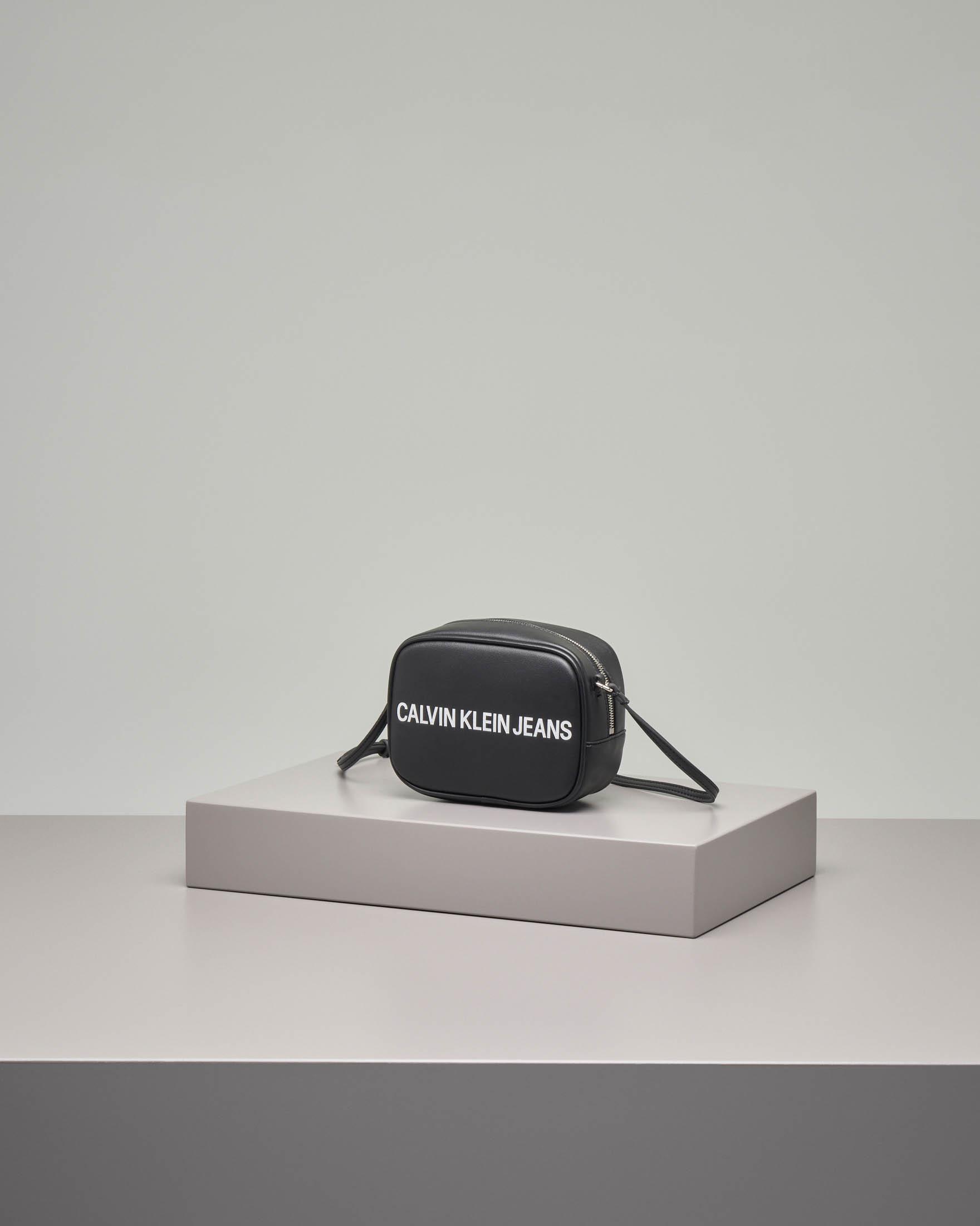 Cross bag nera in ecopelle con scritta logo a contrasto. Misura piccola