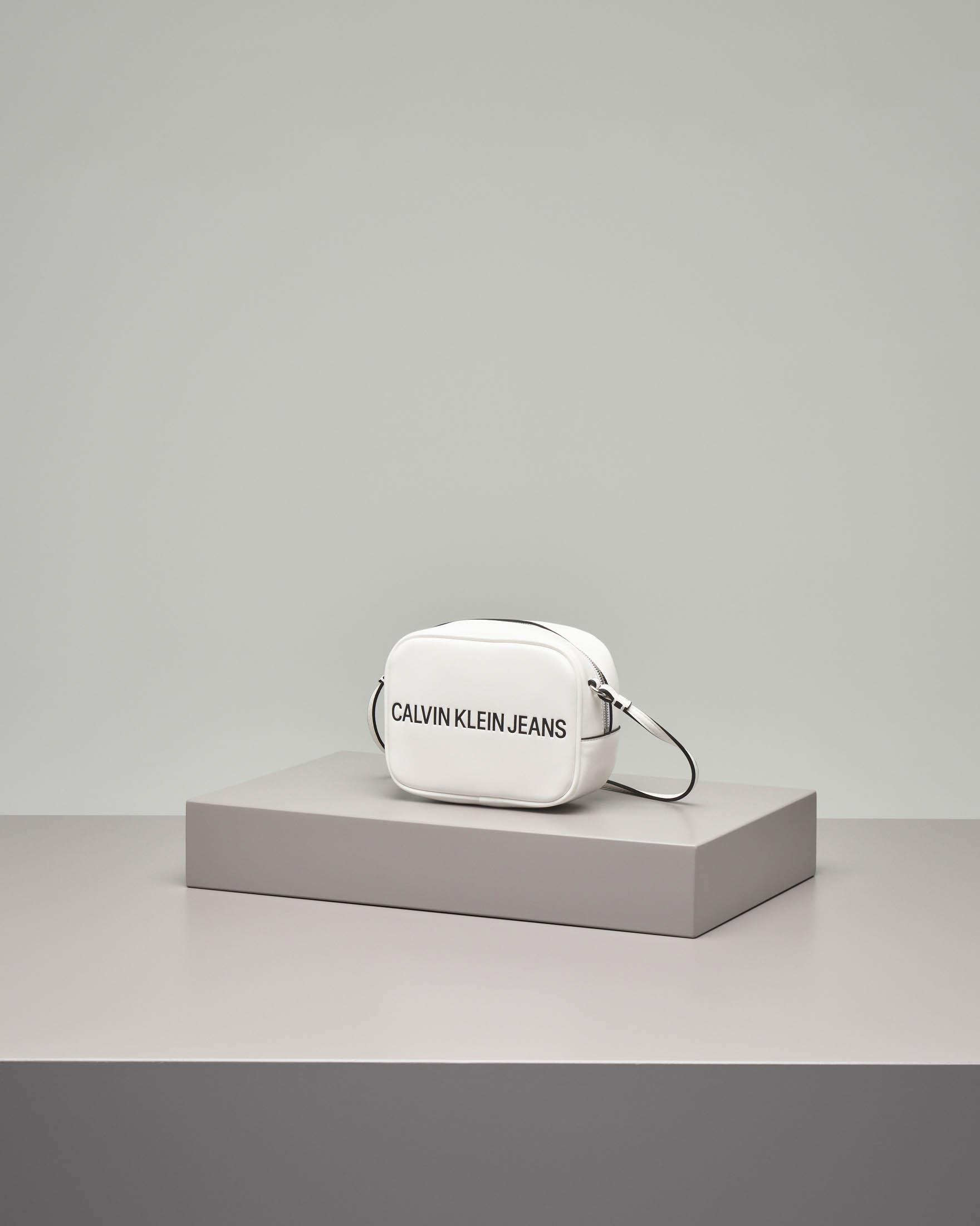 Cross bag bianca in ecopelle con scritta logo a contrasto. Misura piccola