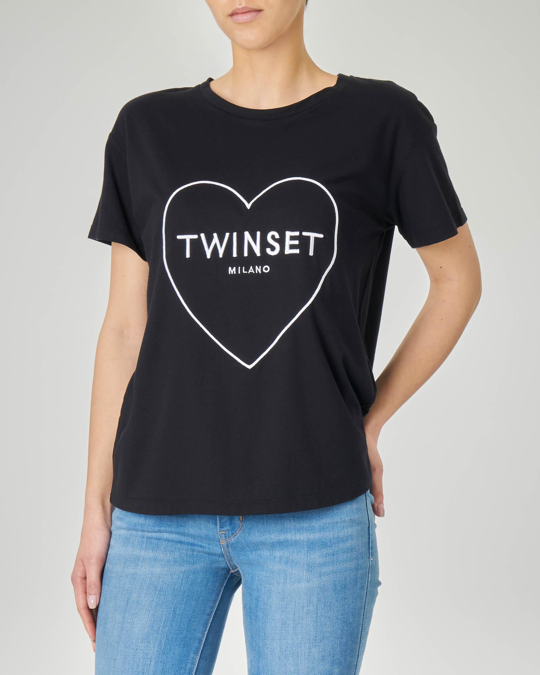 T-shirt nera a maniche corte con ricamo a cuore e logo a contrasto