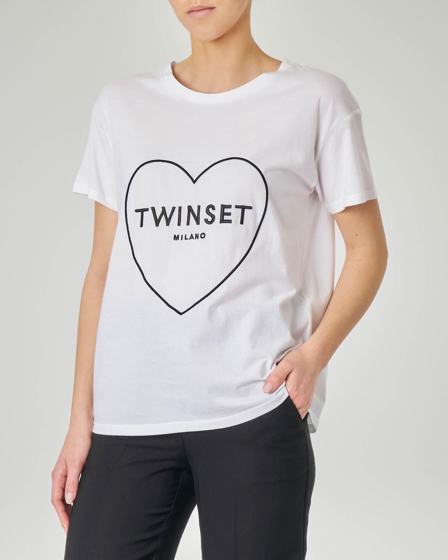T-shirt bianca maniche corte con ricamo a cuore e logo a contrasto