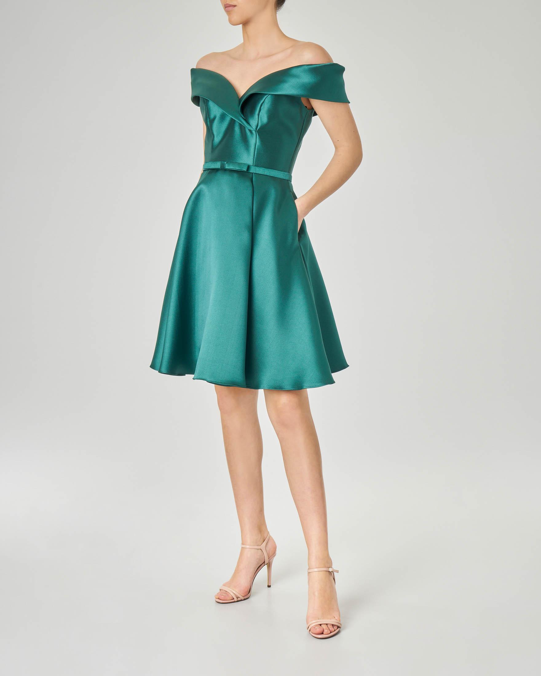 Abito in tessuto effetto raso color verde smeraldo con gonna ampia e scollatura a cuore