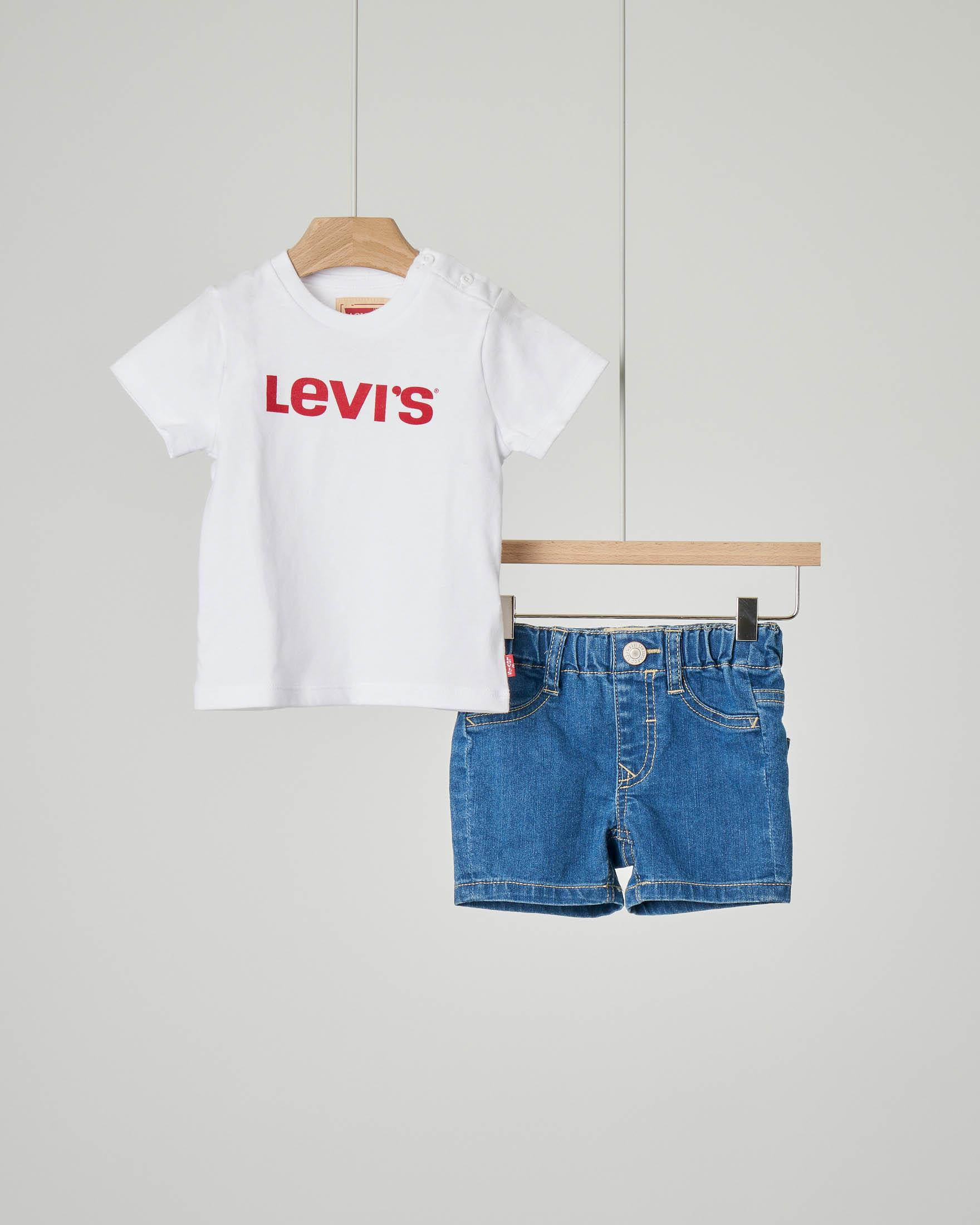 Completo t-shirt bianca e bermuda in denim