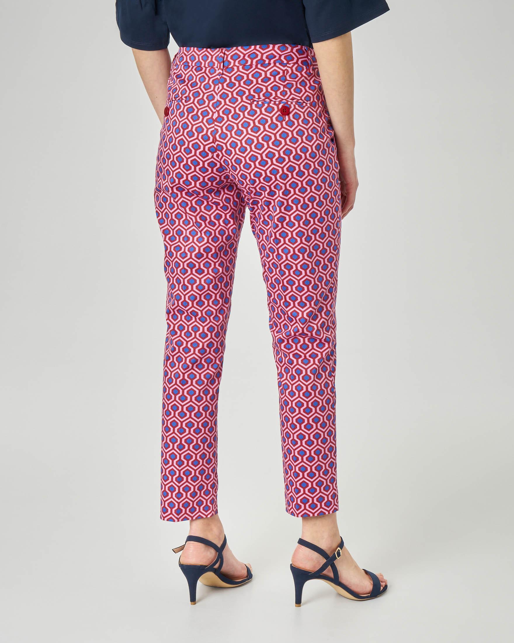 Pantaloni dritti in cotone elasticizzato con piega a stampa geometrica rossa e blu