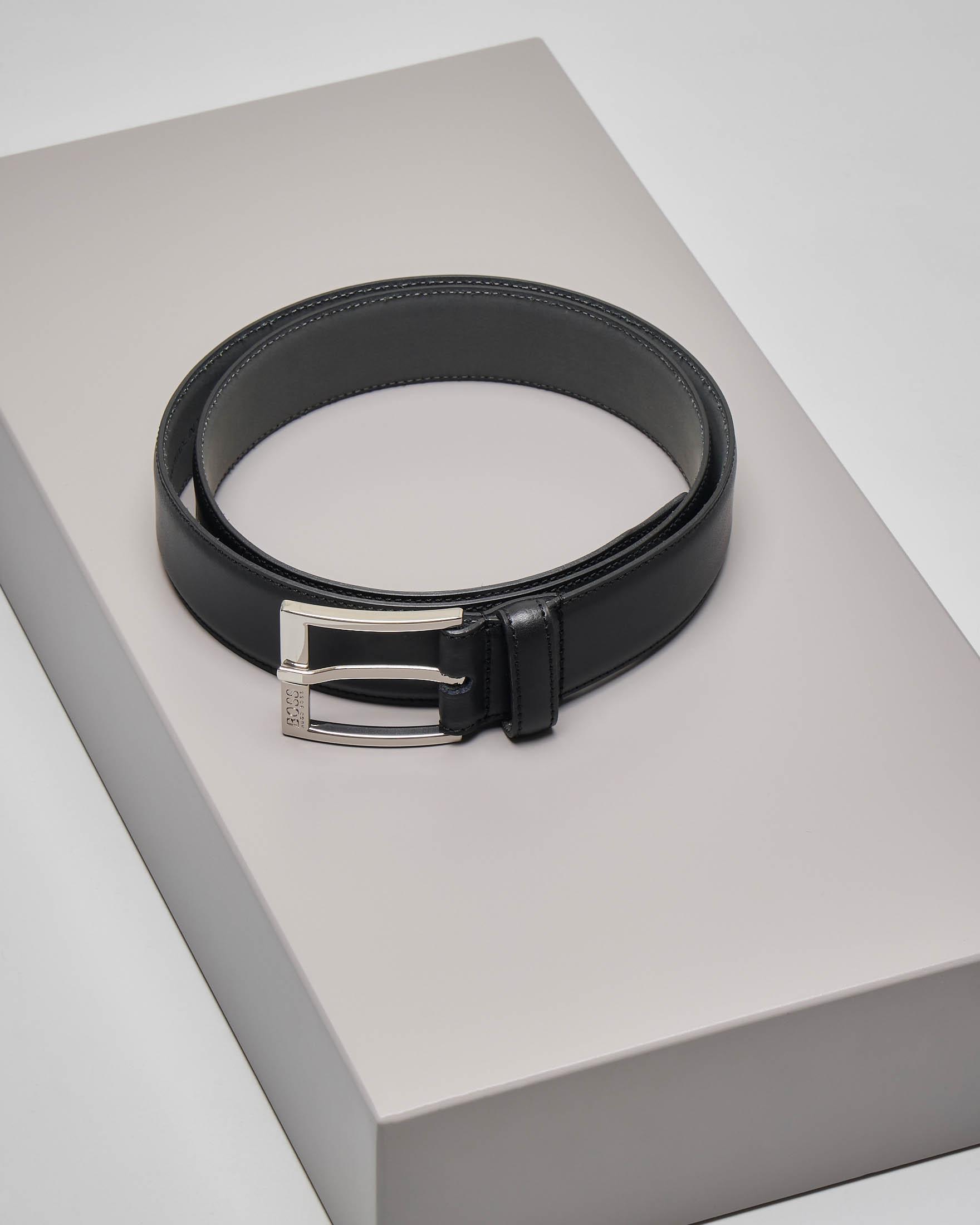 Cintura nera in pelle liscia con cuciture a vista