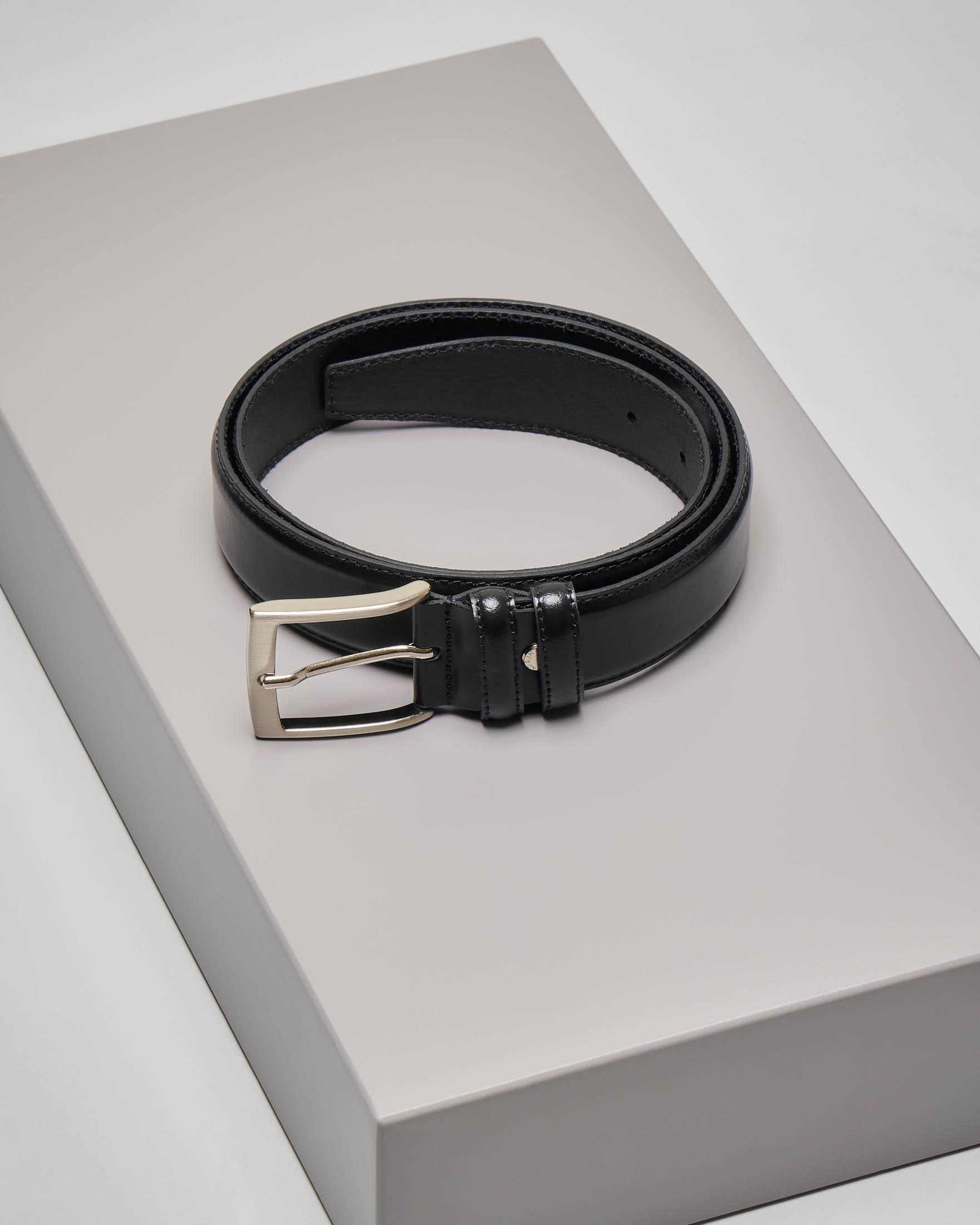 Cintura nera in pelle liscia con fibbia satinata