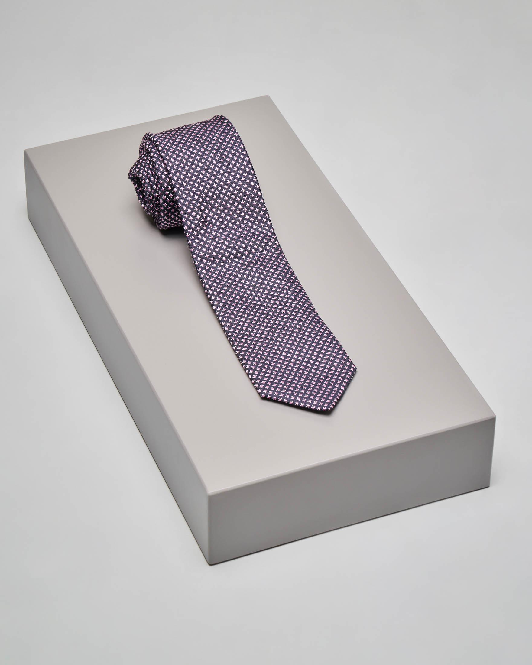 Cravatta blu in seta con micro-disegni geometrici rosa