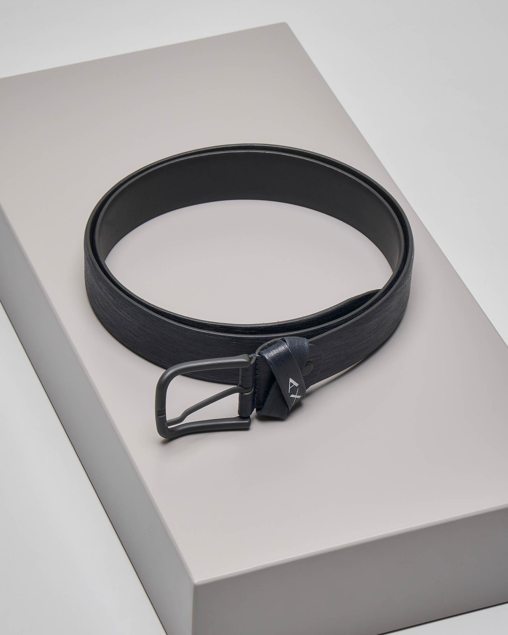 Cintura blu in pelle con passante intrecciato