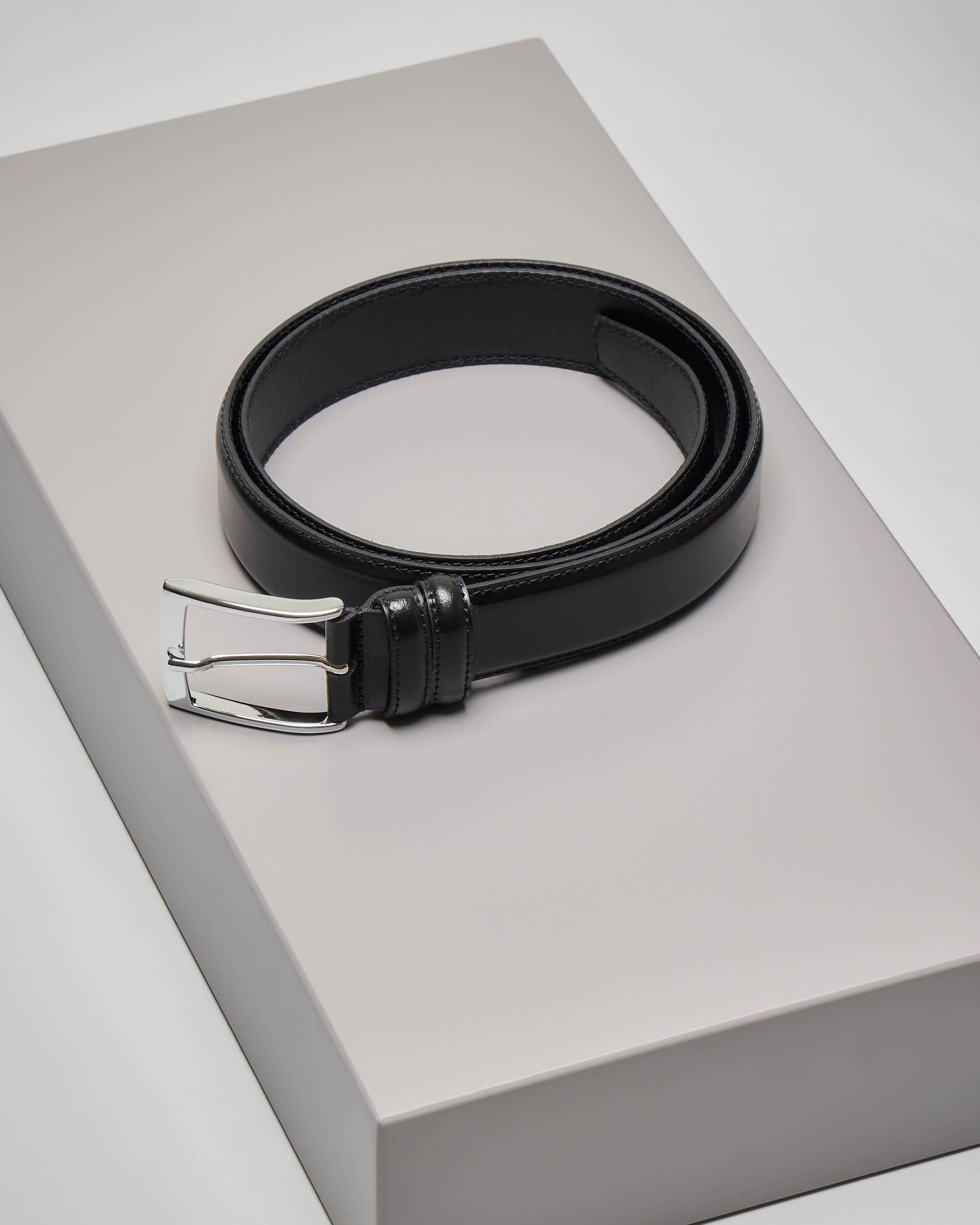 Cintura nera in pelle liscia con fibbia in metallo lucido