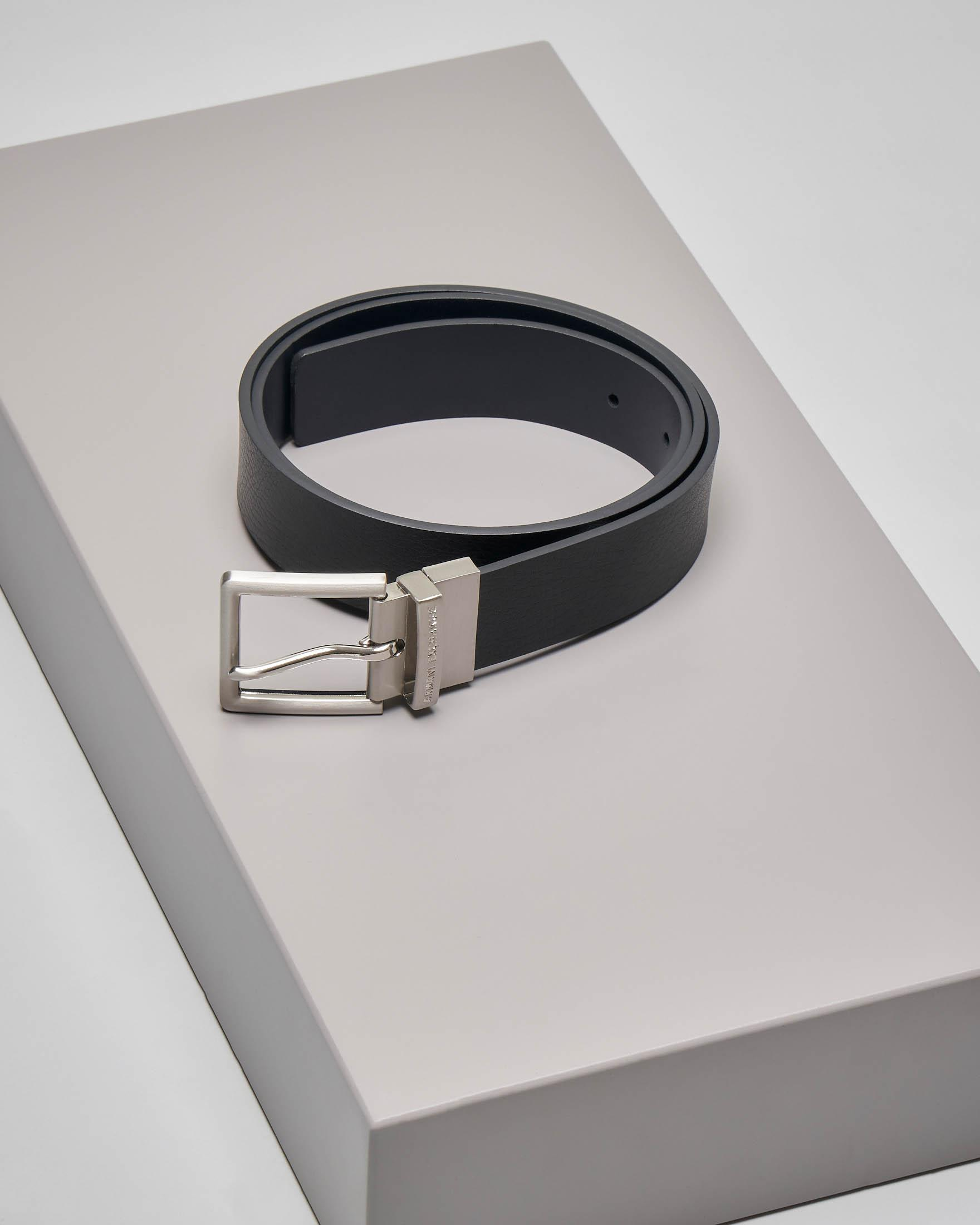 Cintura nera in pelle martellata reversibile in blu