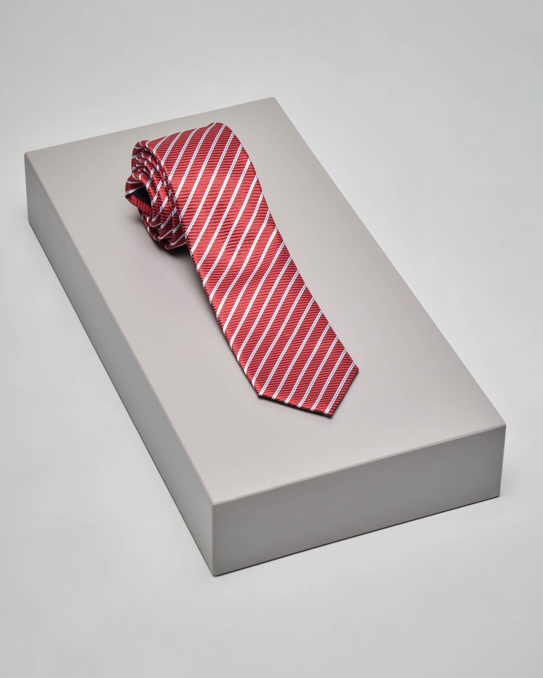 Cravatta rossa con riga diagonale