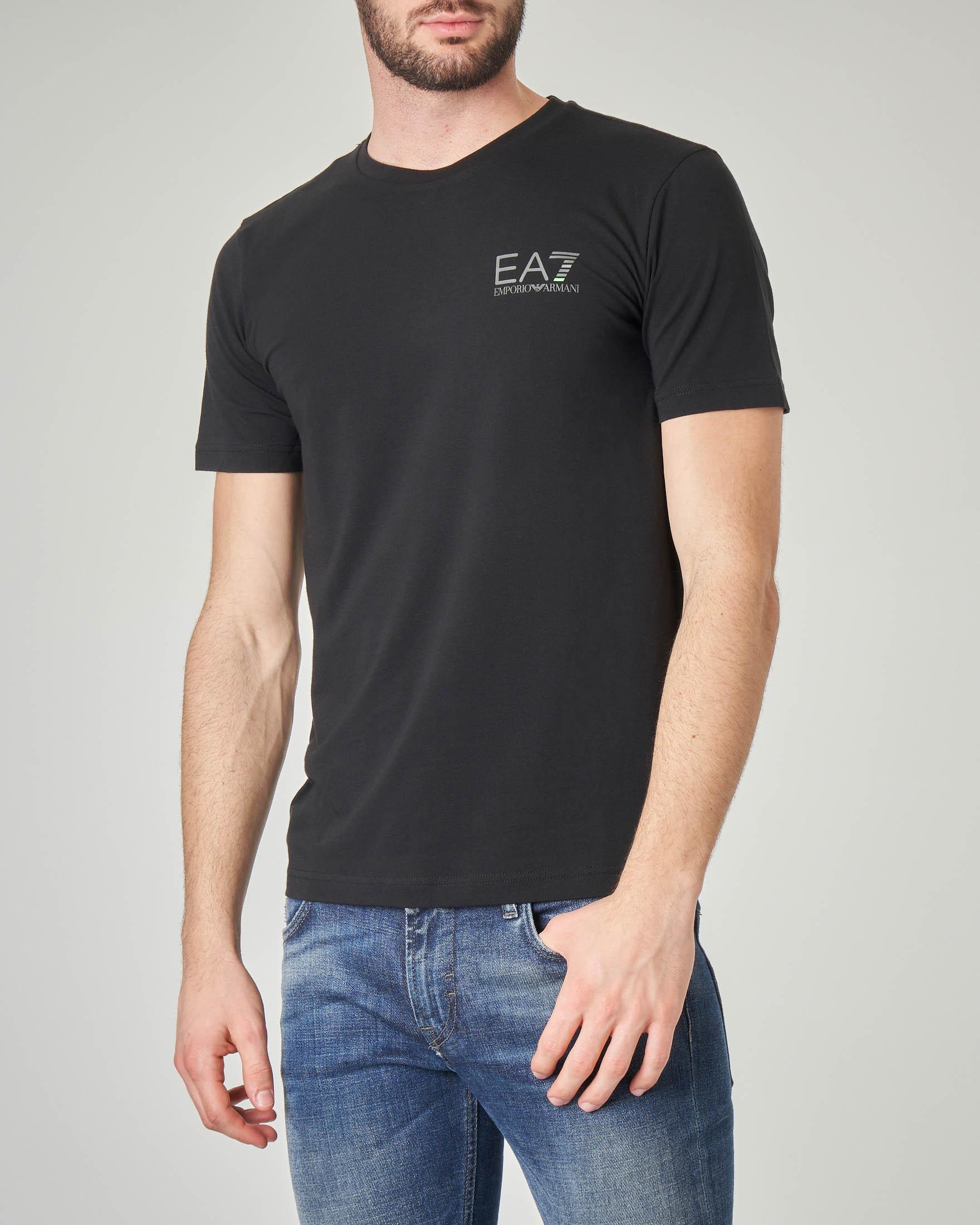 T-shirt nera stretch con logo piccolo sul petto e logo verticale sul retro