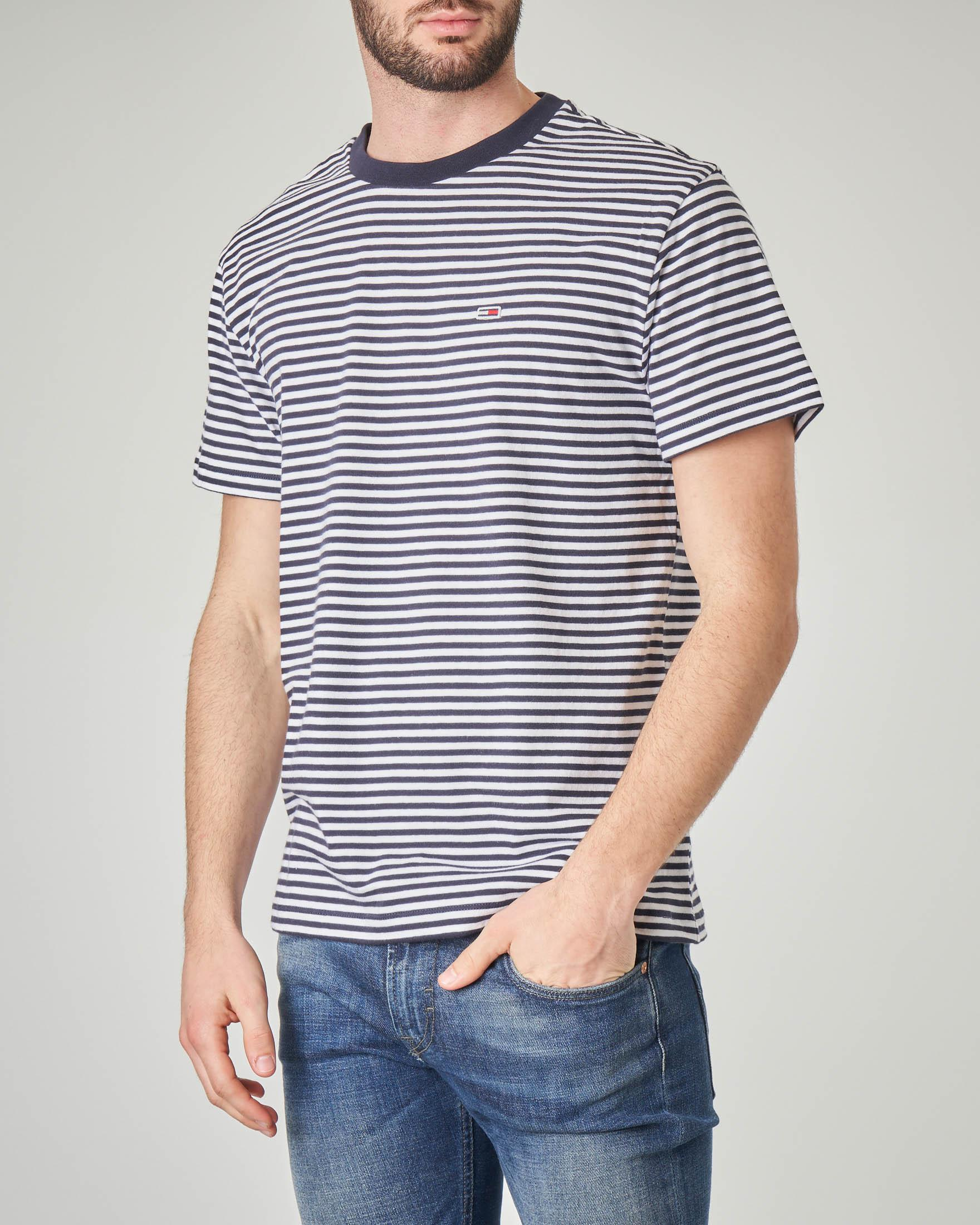 T-shirt a righe bianche e blu orizzontali