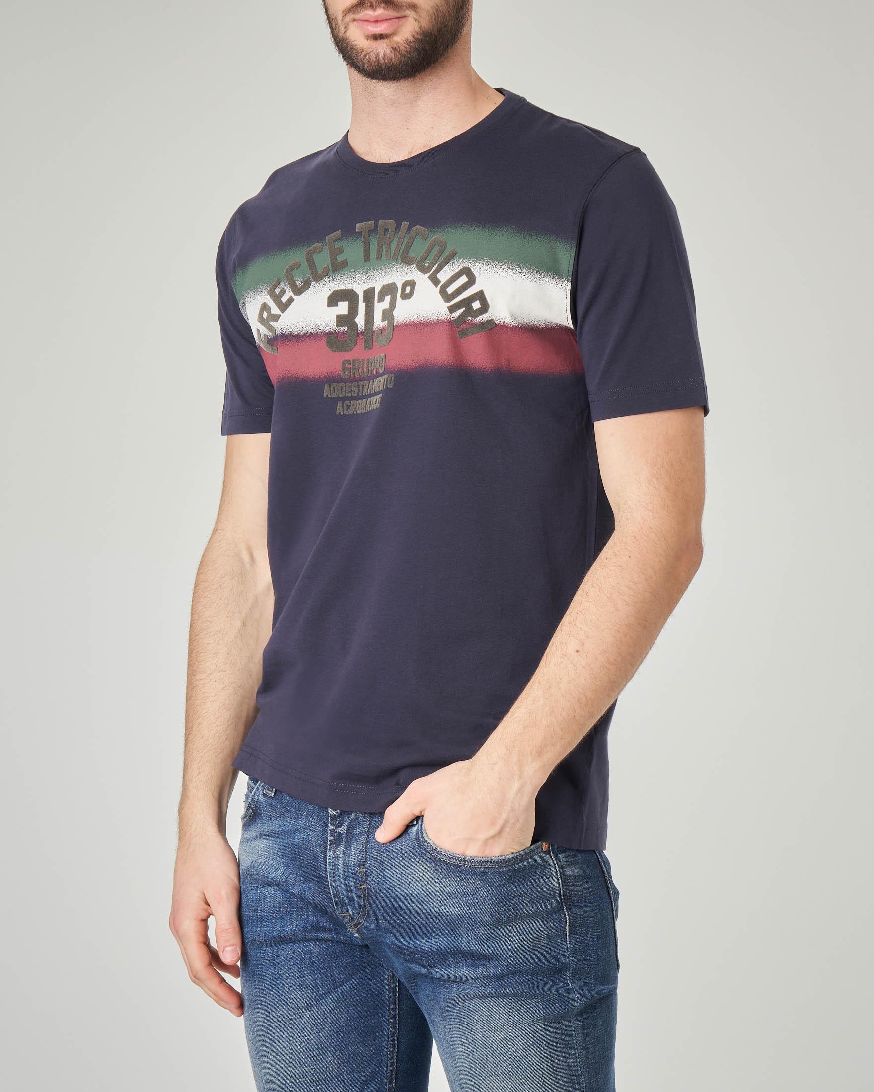 T-shirt blu con scritte e fascia tricolore