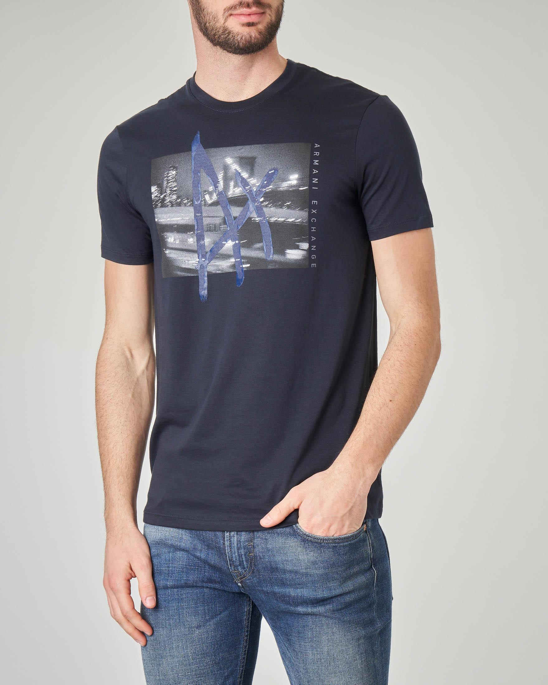 T-shirt blu con stampa fotografica e logo